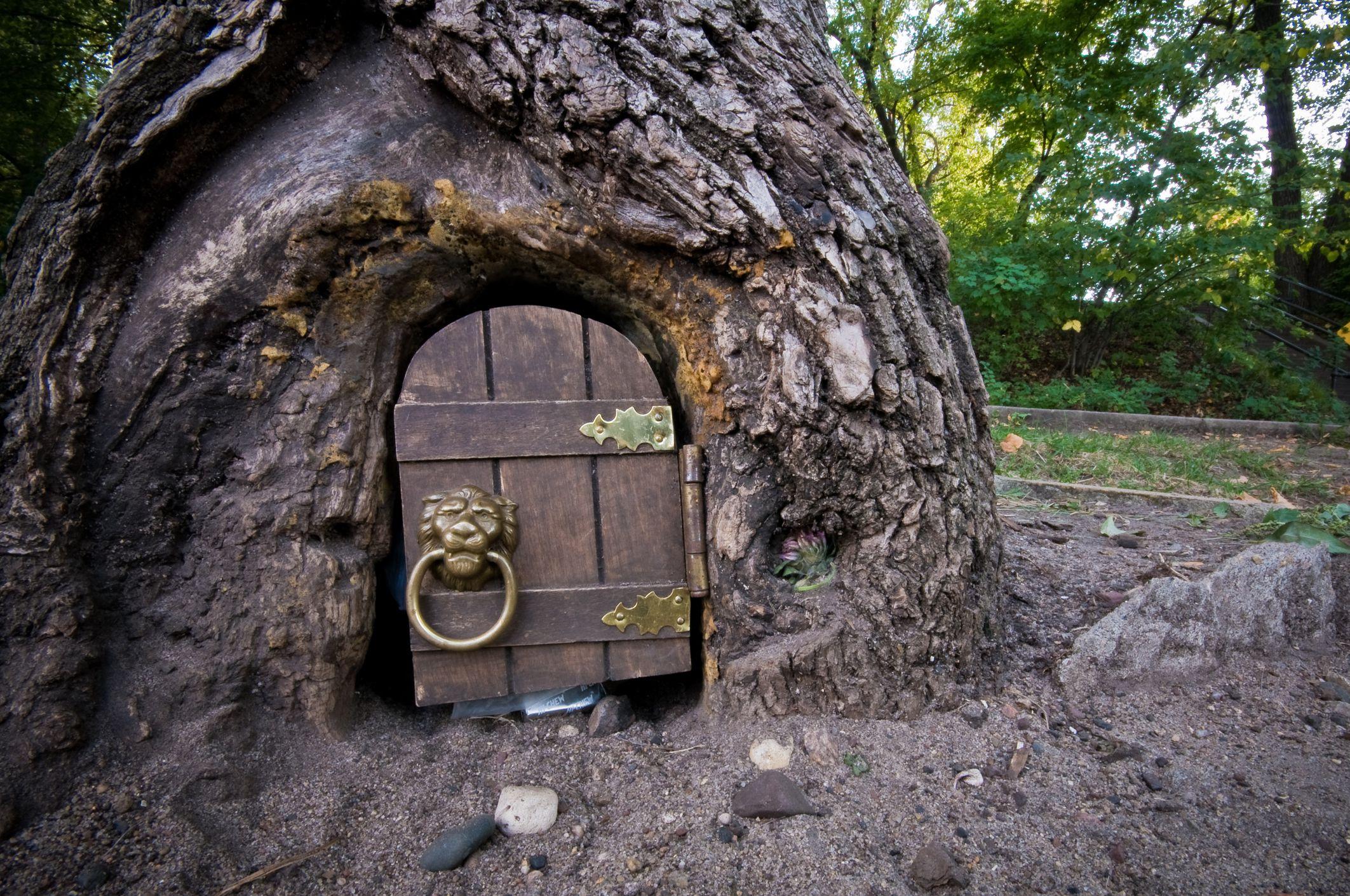 Una pequeña puerta en el costado de un árbol donde se deja correo para el 'duende' en el lago Harriet