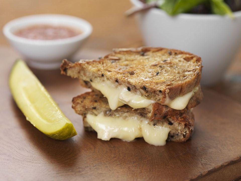 Sandwich de queso brie a la parrilla con salsa de tomate, pepinillos y ensalada, Studio Shot