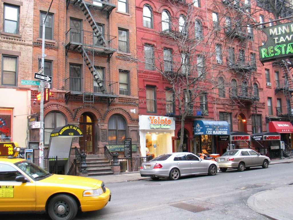 Macdougal Street y Minetta Lane street scene NYC