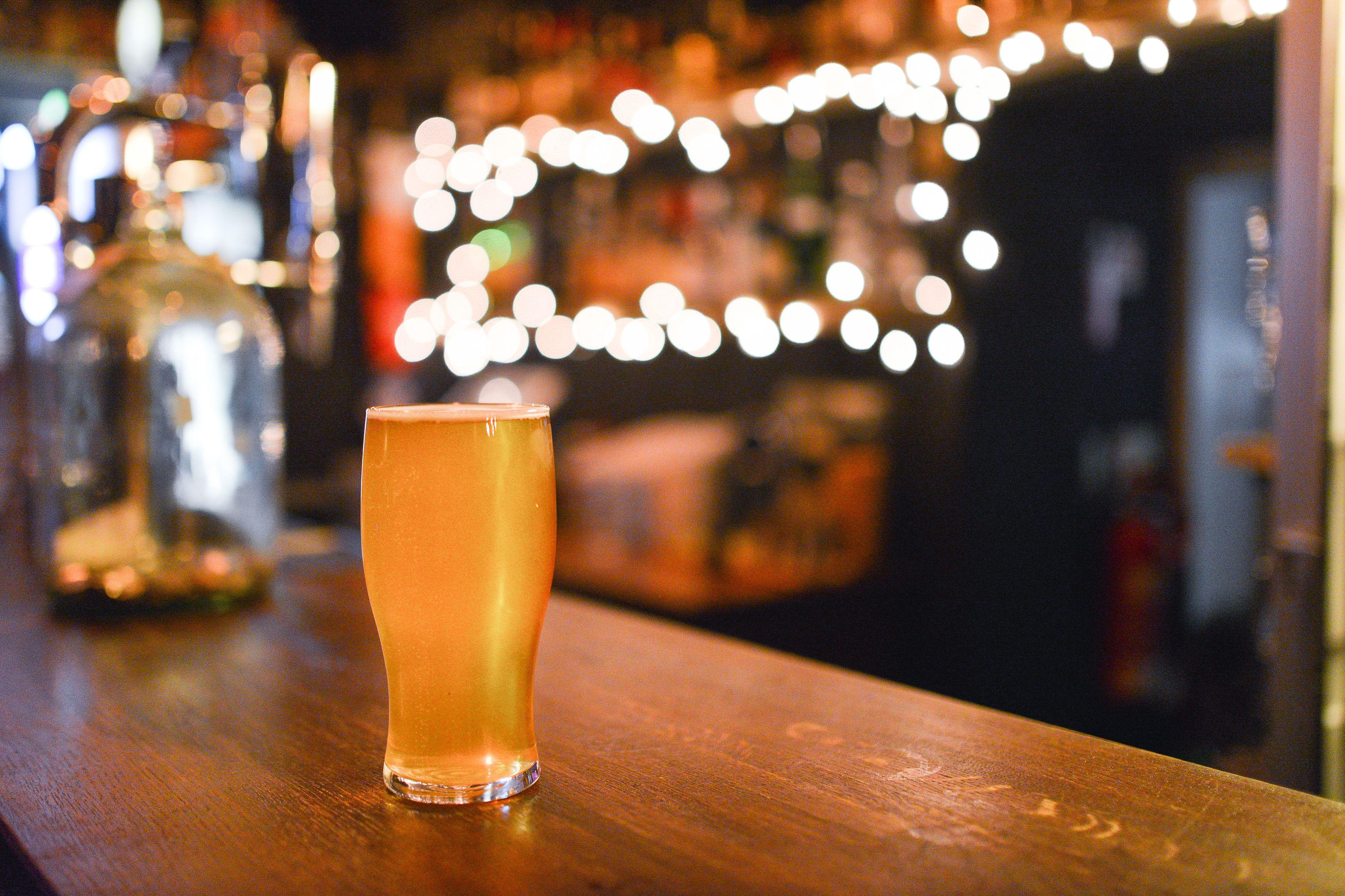 Primer plano de cerveza en Glass On Table
