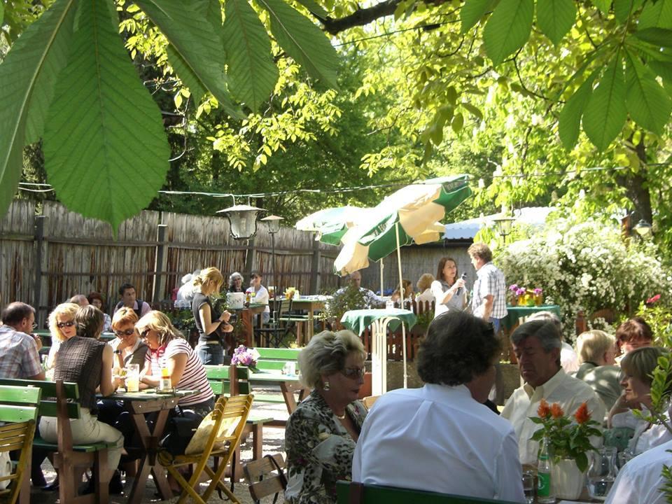 La bodega y heurige Bernreiter se encuentra al norte del Danubio en una tranquila zona residencial de Viena