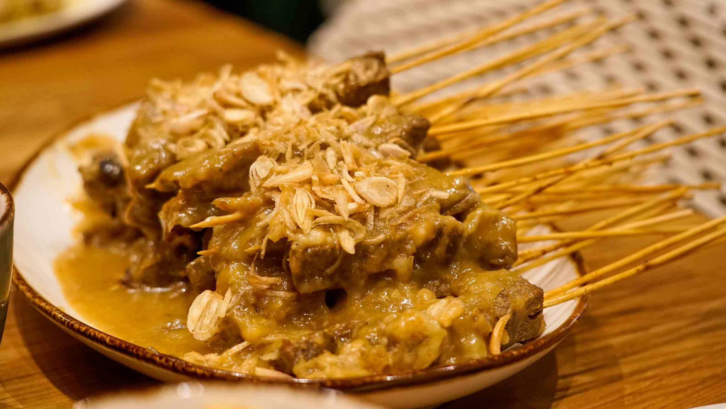 Sticks of sate Padang on a plate