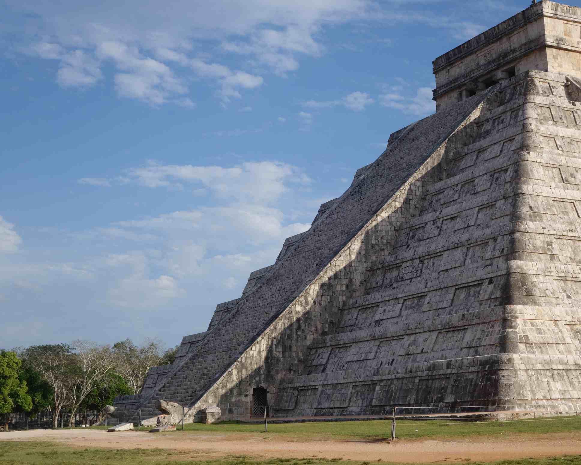 Las sombras proyectadas durante el equinoccio de primavera crean la ilusión de que una serpiente está bajando las escaleras de Chichén Itzá