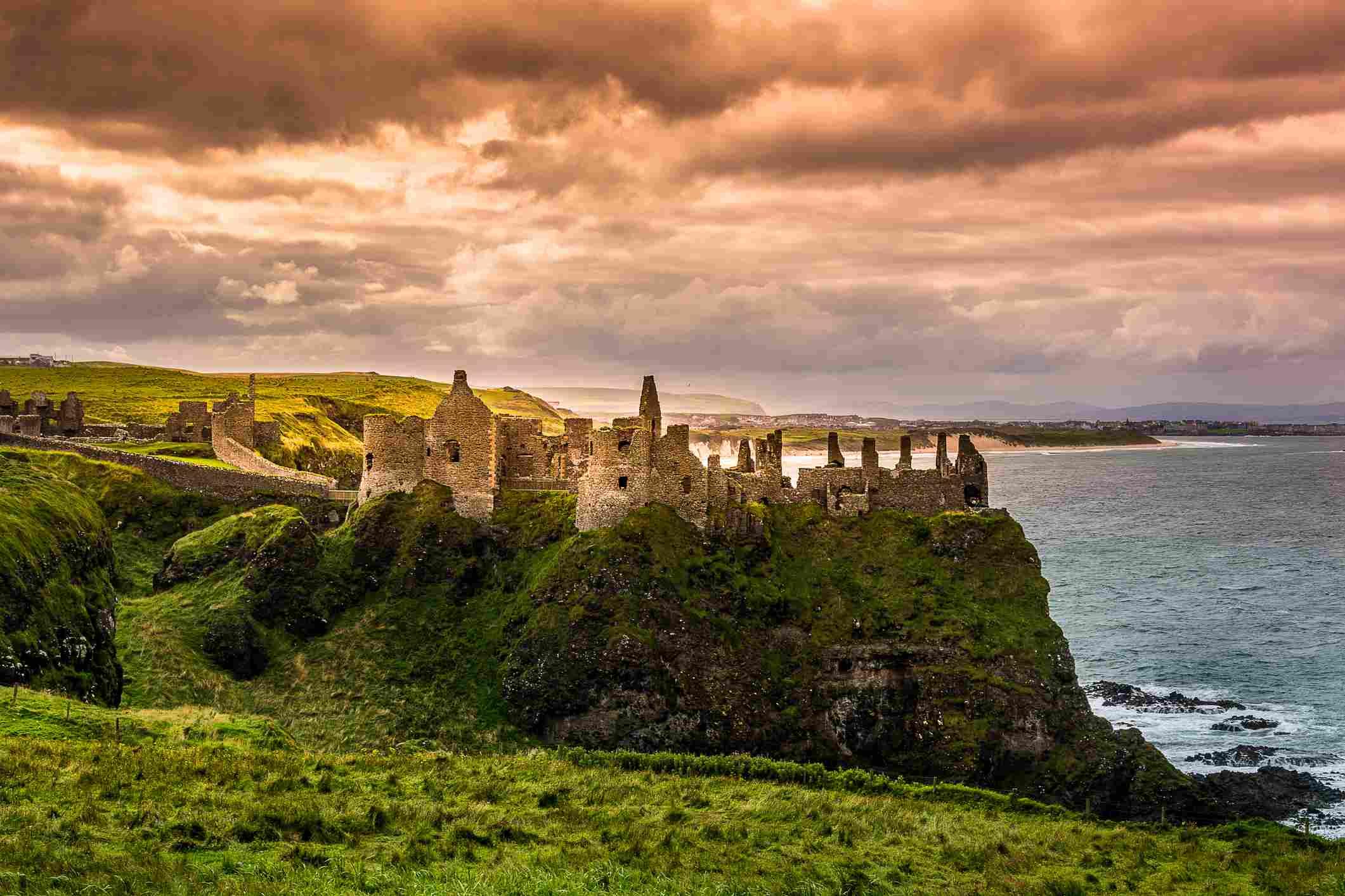Cielos tormentosos en el castillo de Dunluce en Irlanda del Norte
