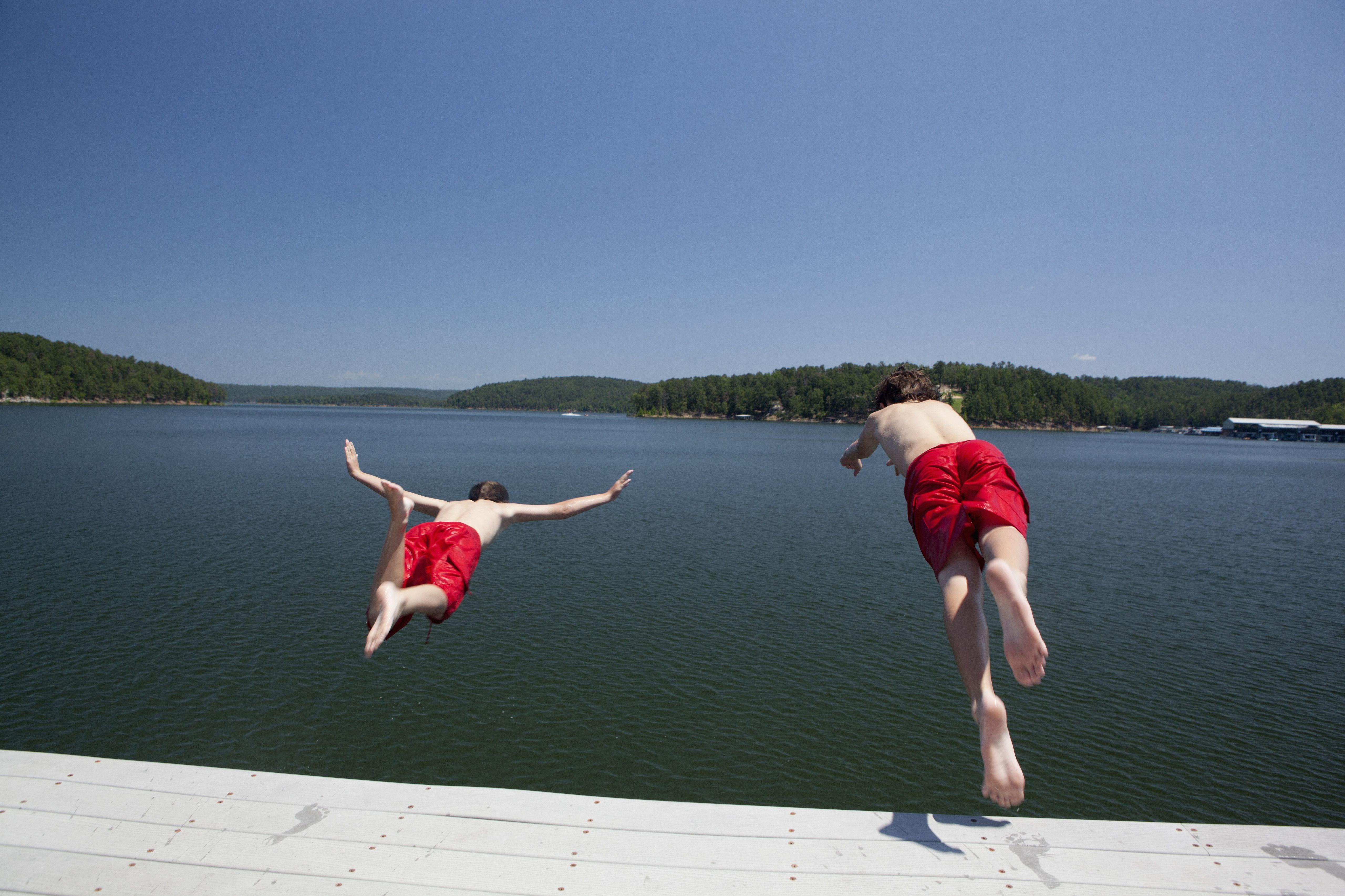 Niños sumergiéndose en el lago