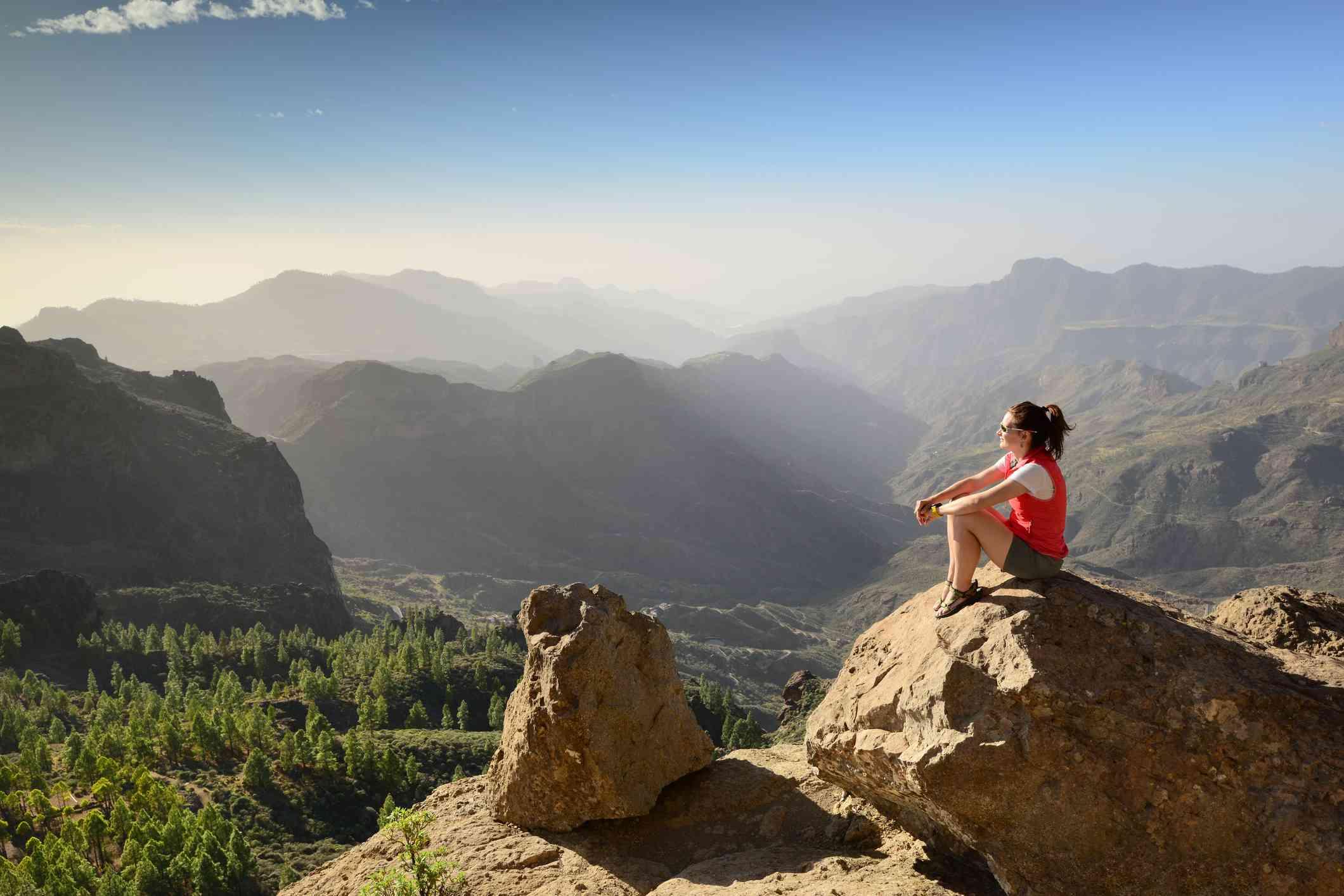 Mujer con vistas a las montañas