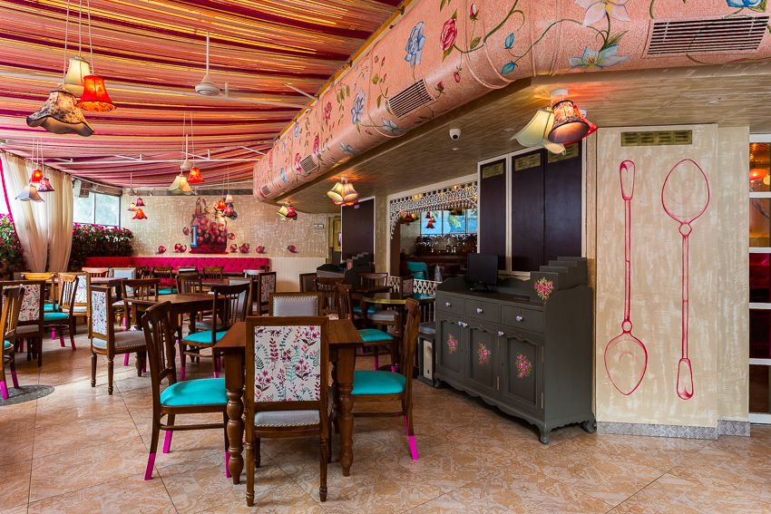 Restaurant with warm tones and pink and blue accents