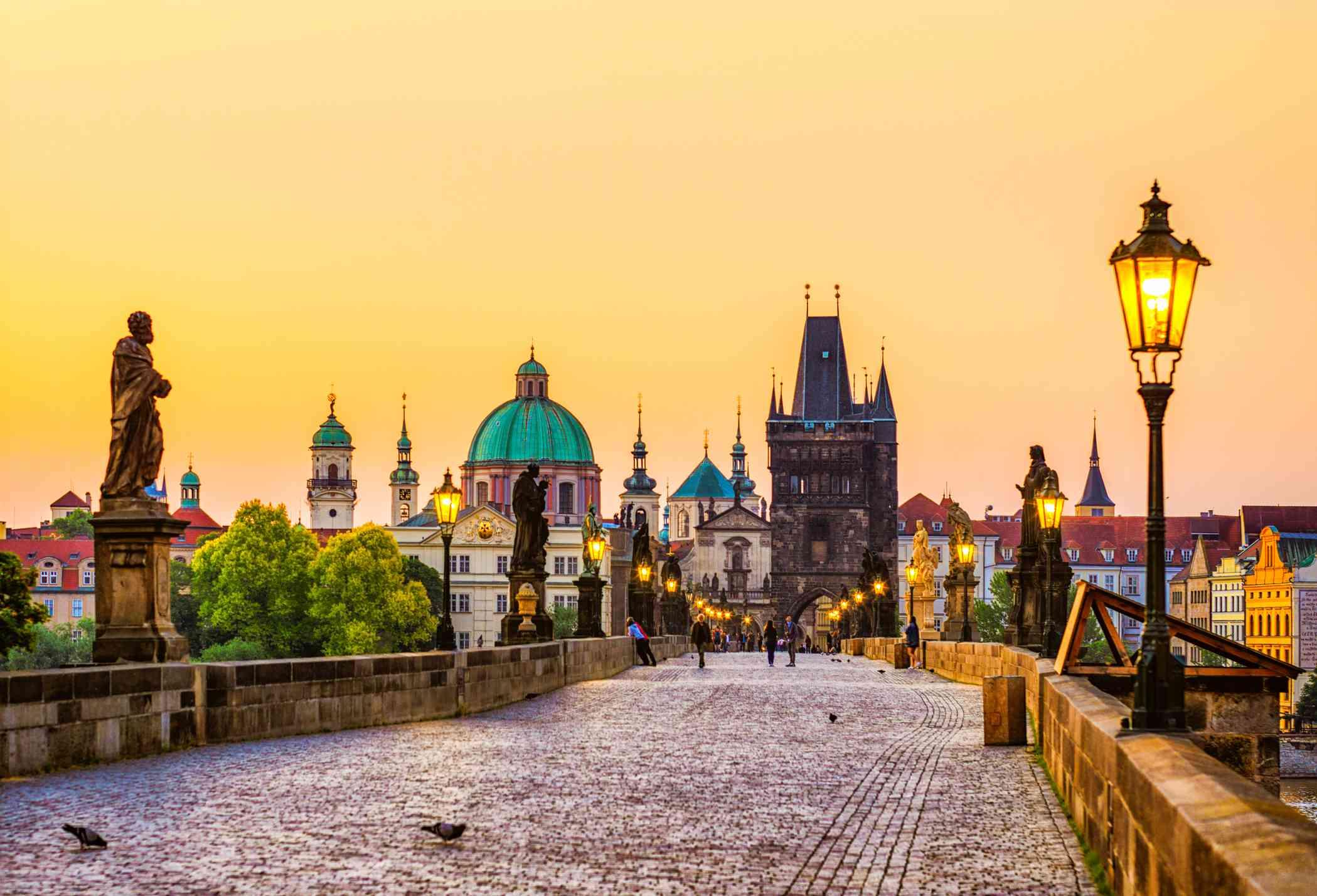 Puente de Carlos (Karluv más) en Praga en dorado hora República Checa