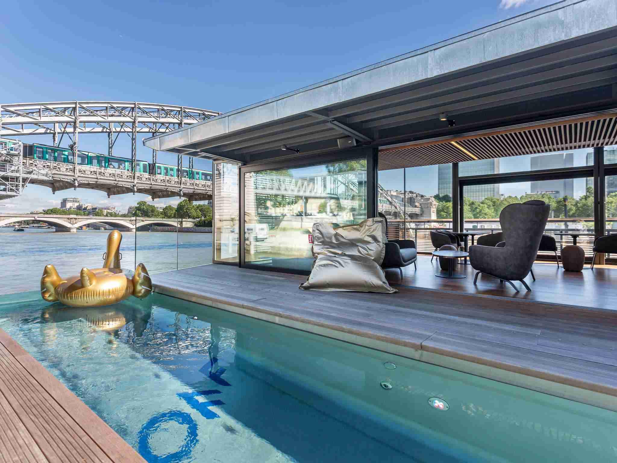 OFF Paris Seine es un hotel flotante situado en el río Sena