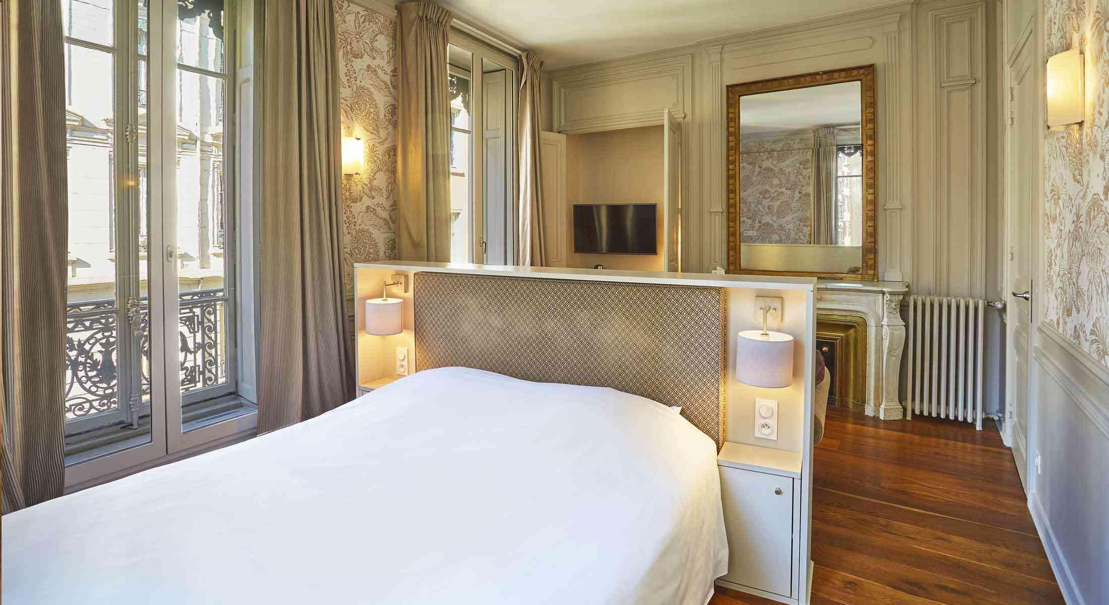 Junior suite at the 2-star Hotel Vaubecour, Lyon, France