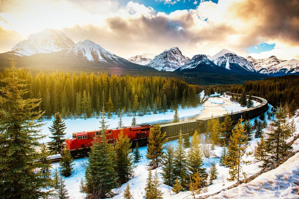 Tren del ferrocarril del Pacífico canadiense a través del Parque Nacional Banff Canadá