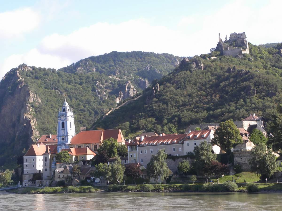 Durnstein en el valle de Wachau del río Danubio