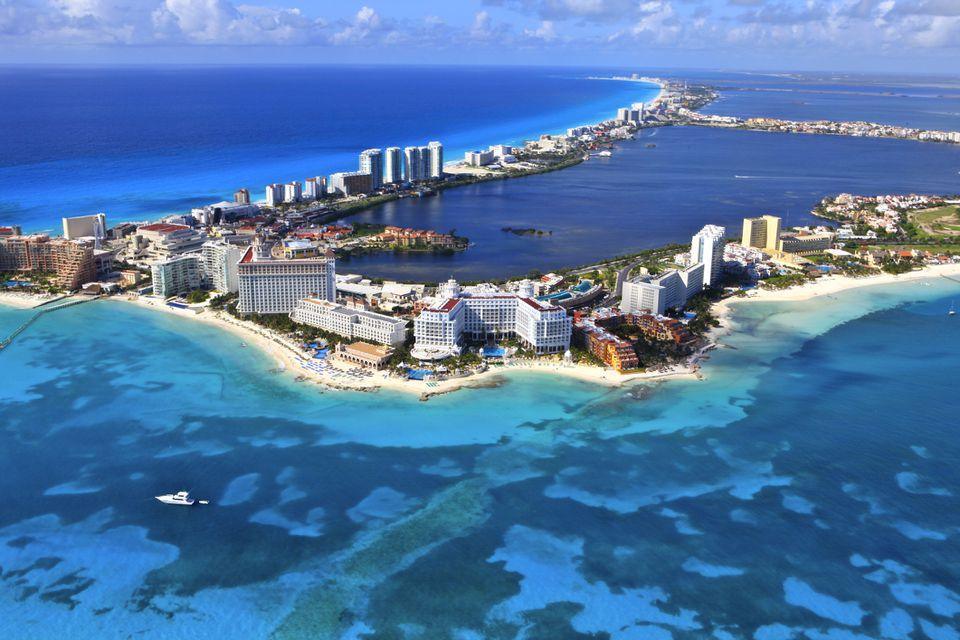 Toma aérea de Cancún, México desde el océano