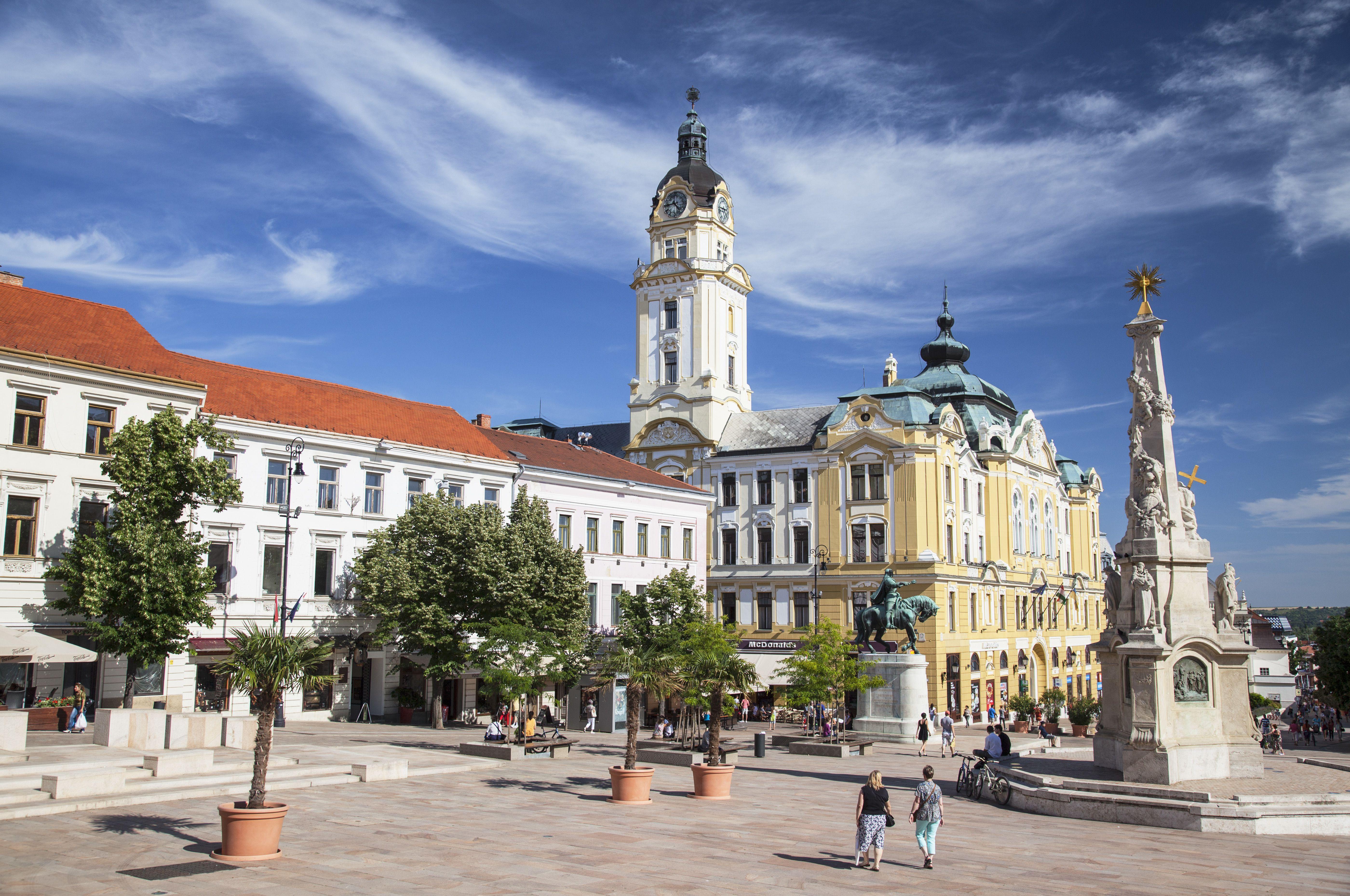 Columna de la Trinidad y Ayuntamiento en la Plaza Szechenyi, Pecs, Transdanubia del Sur, Hungría