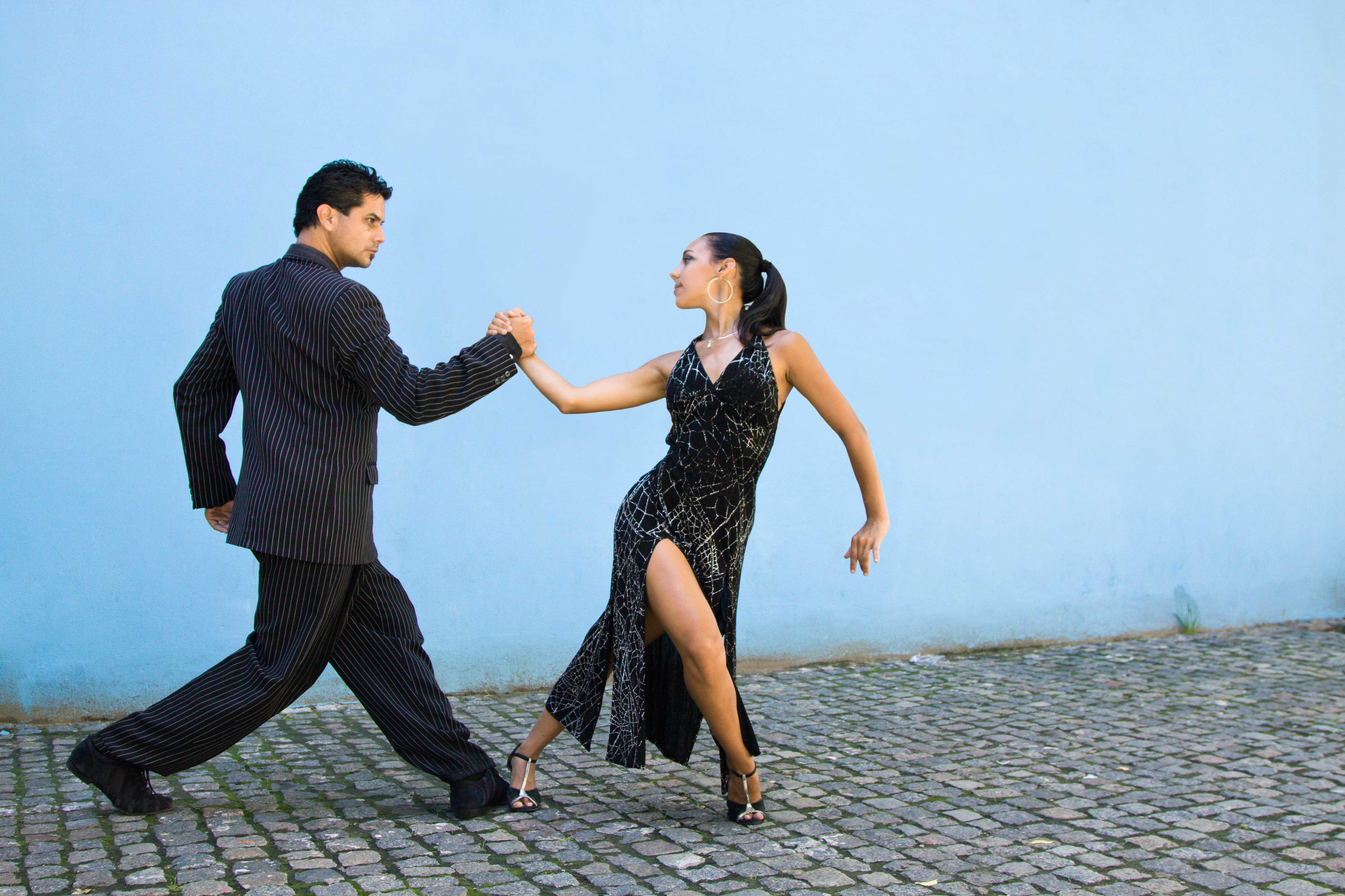 Pareja bailando en la calle de adoquines