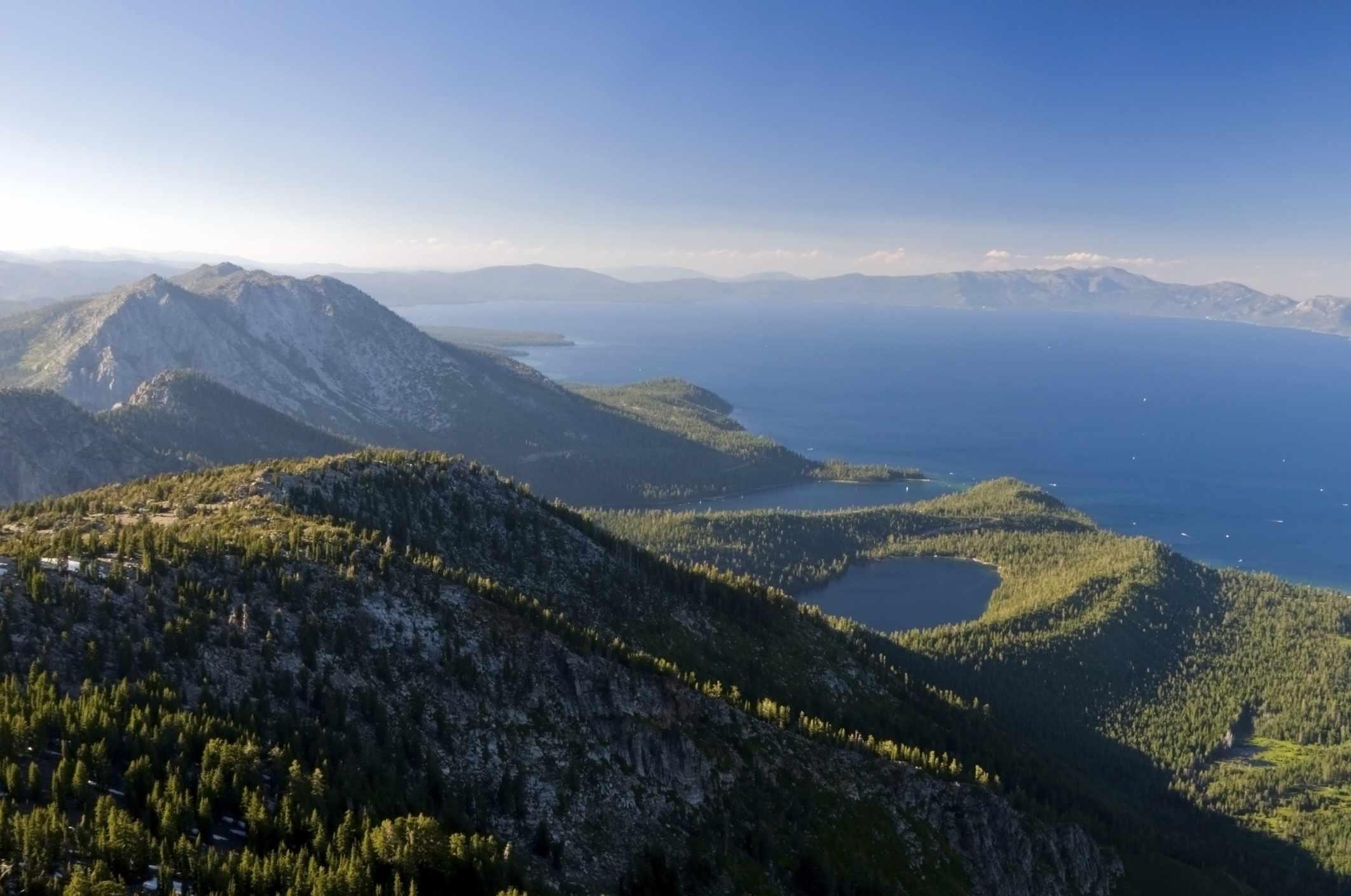 Vista del lago Tahoe desde la cima del monte Tallac en el verano, California
