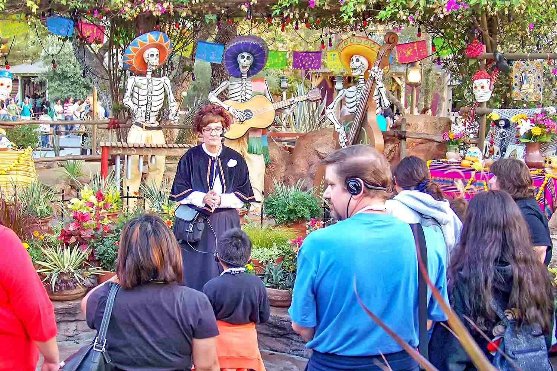 Stacey the Ghost Host habla sobre el Día de los Muertos en el Happiest Haunts Tour de Disney