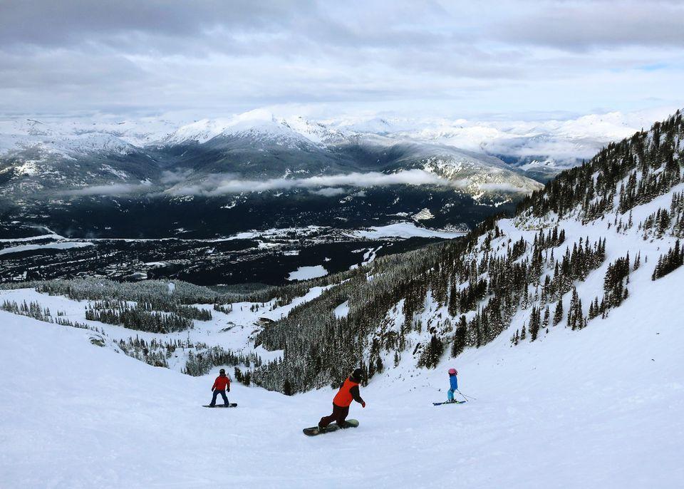 La gente practica snowboard en Whistler-Blackcomb