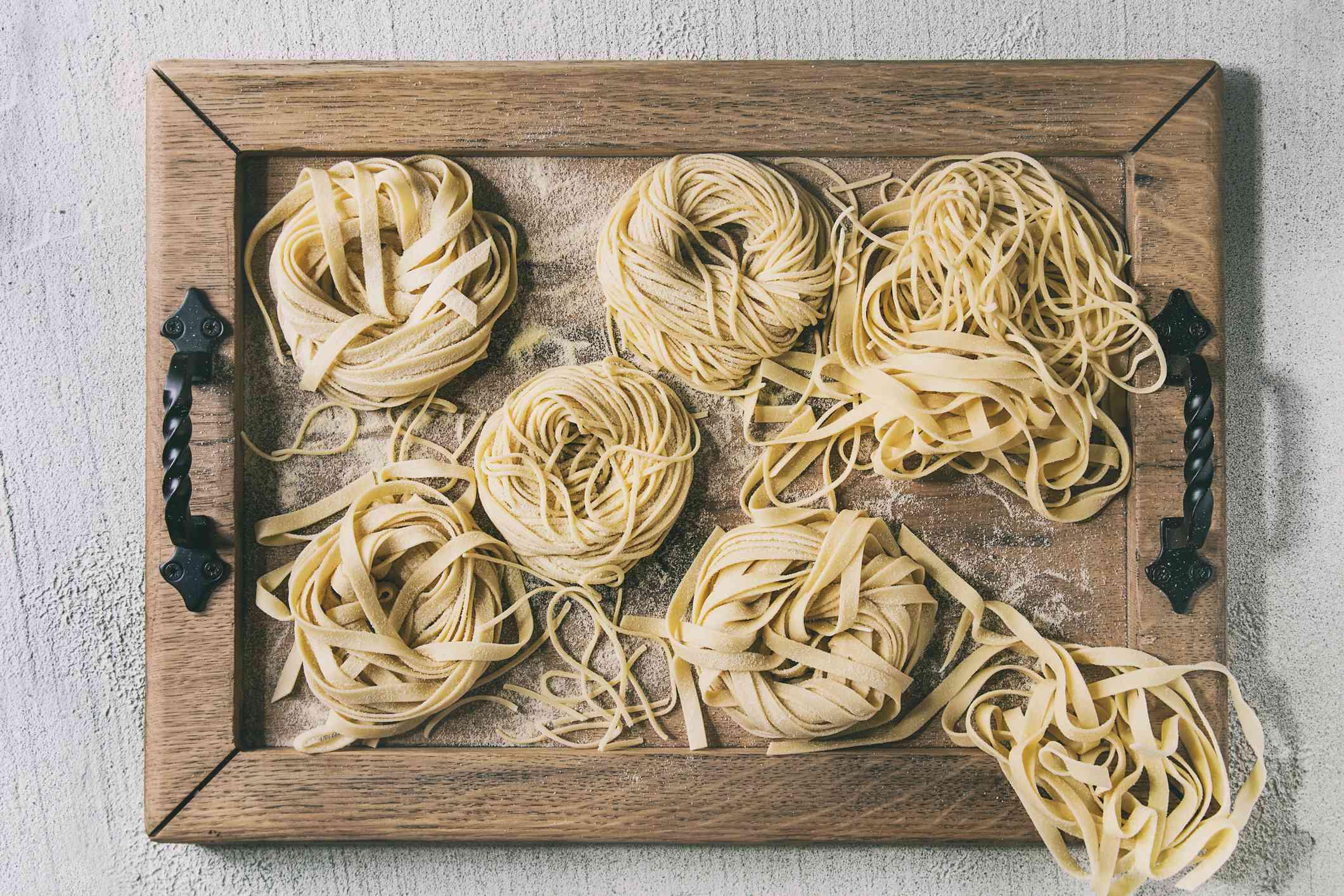 Nidos de pasta fresca y cruda de diferentes tamaños