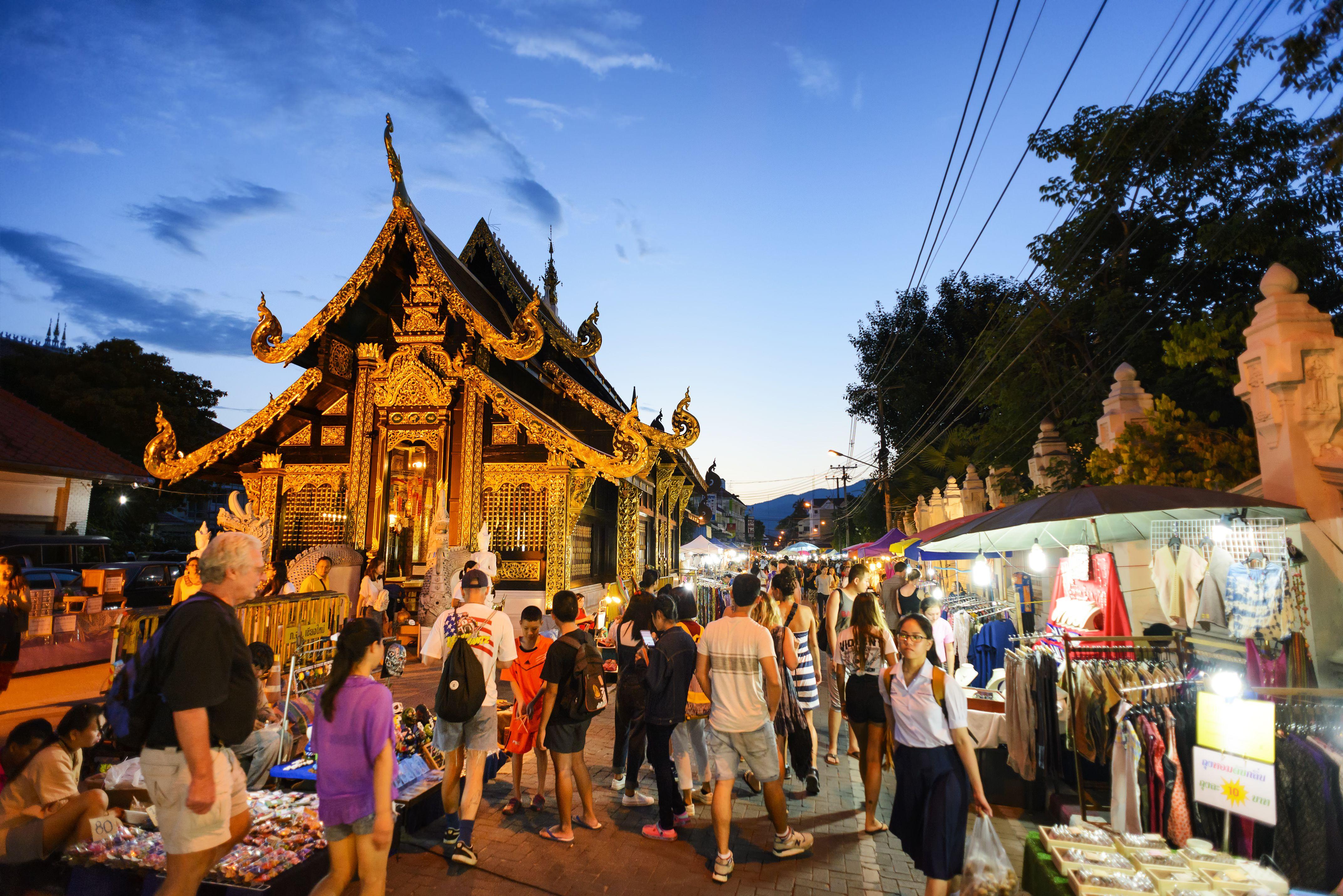 El mercado callejero Sunday Walking Street en Chiang Mai, Tailandia