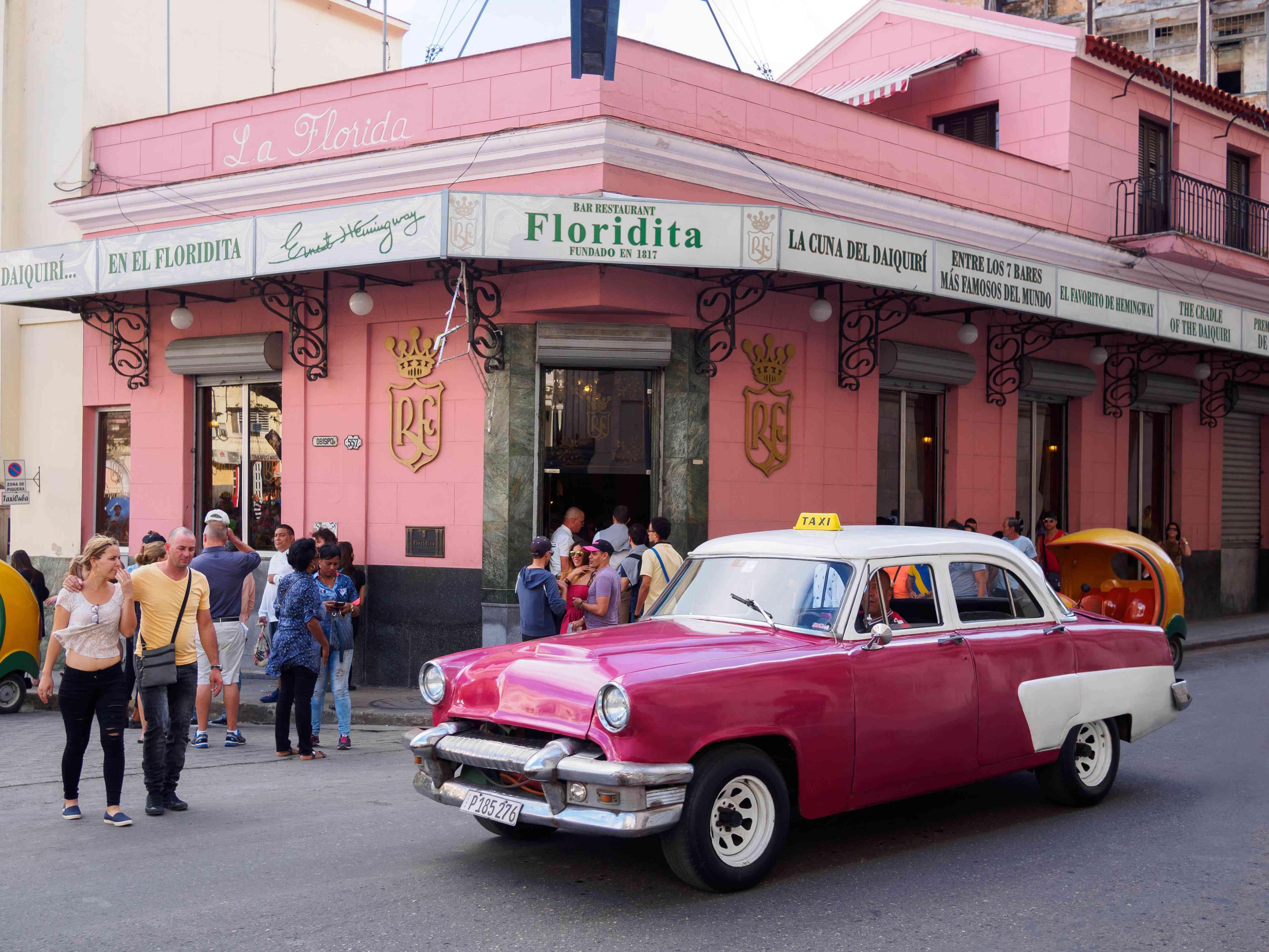 Coche clásico frente a El Floridita en La Habana, Cuba