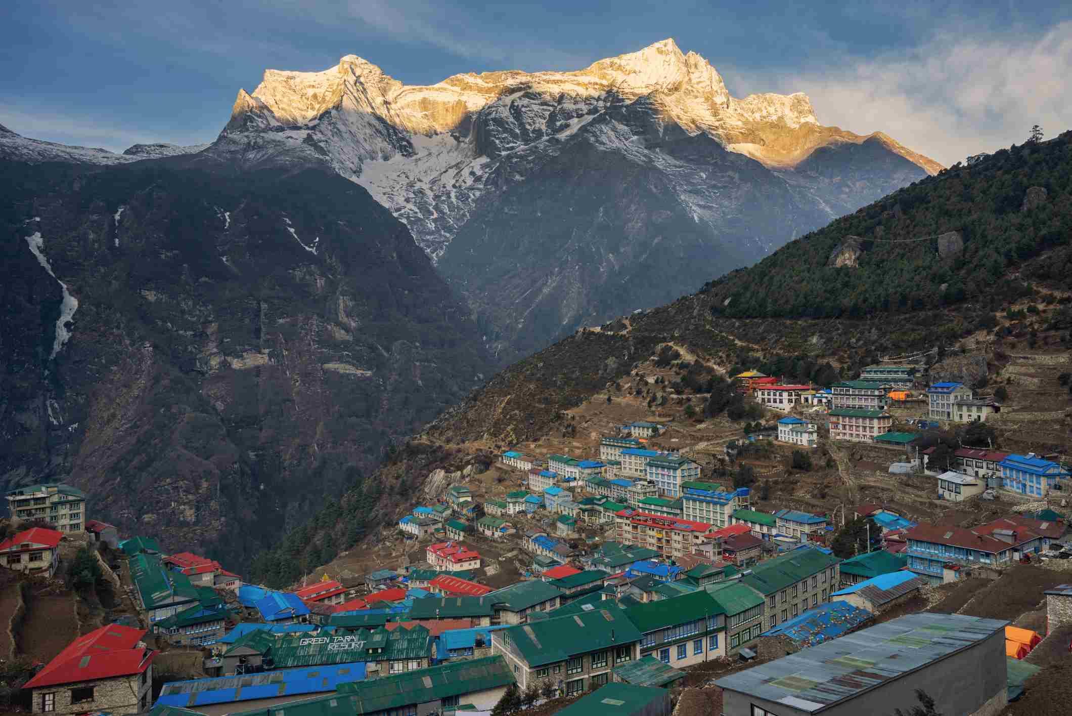 Pueblo de Namche Bazar por la mañana, región del Everest, Nepal