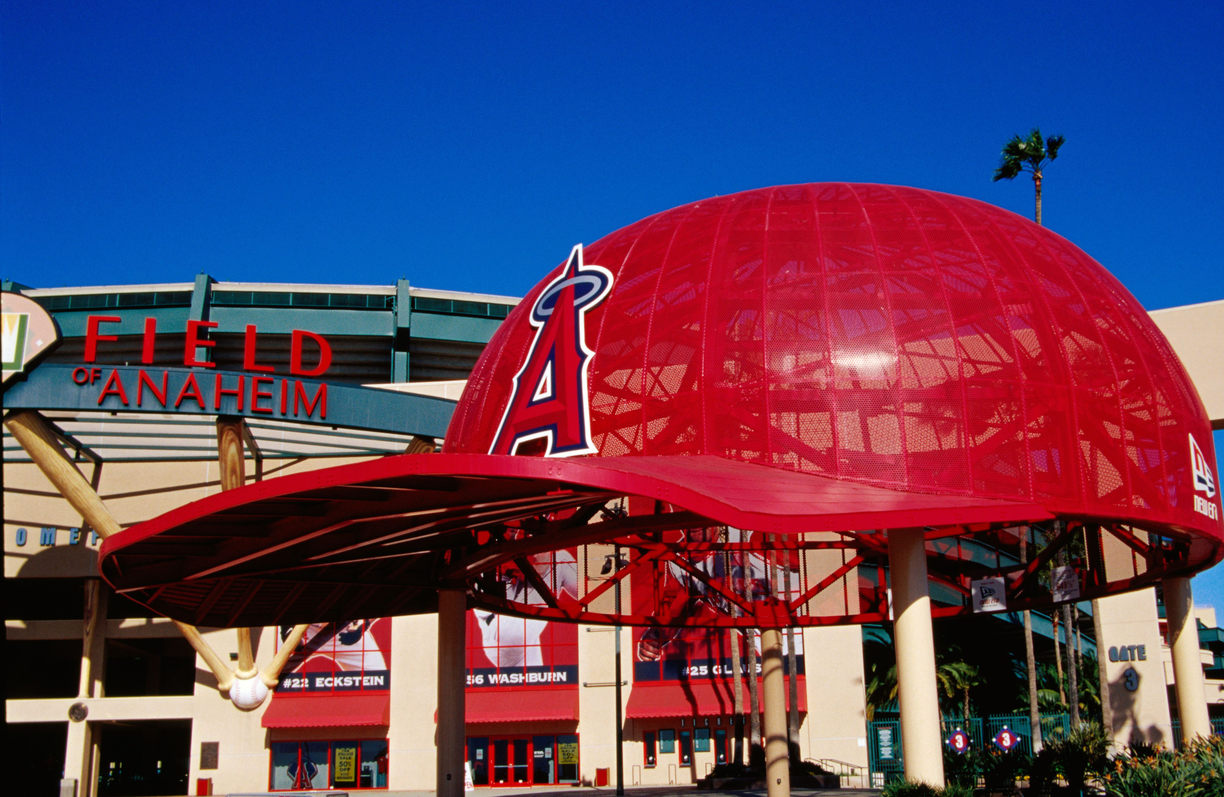 Símbolo gigante de gorra de béisbol en el Angel Stadium en Anaheim