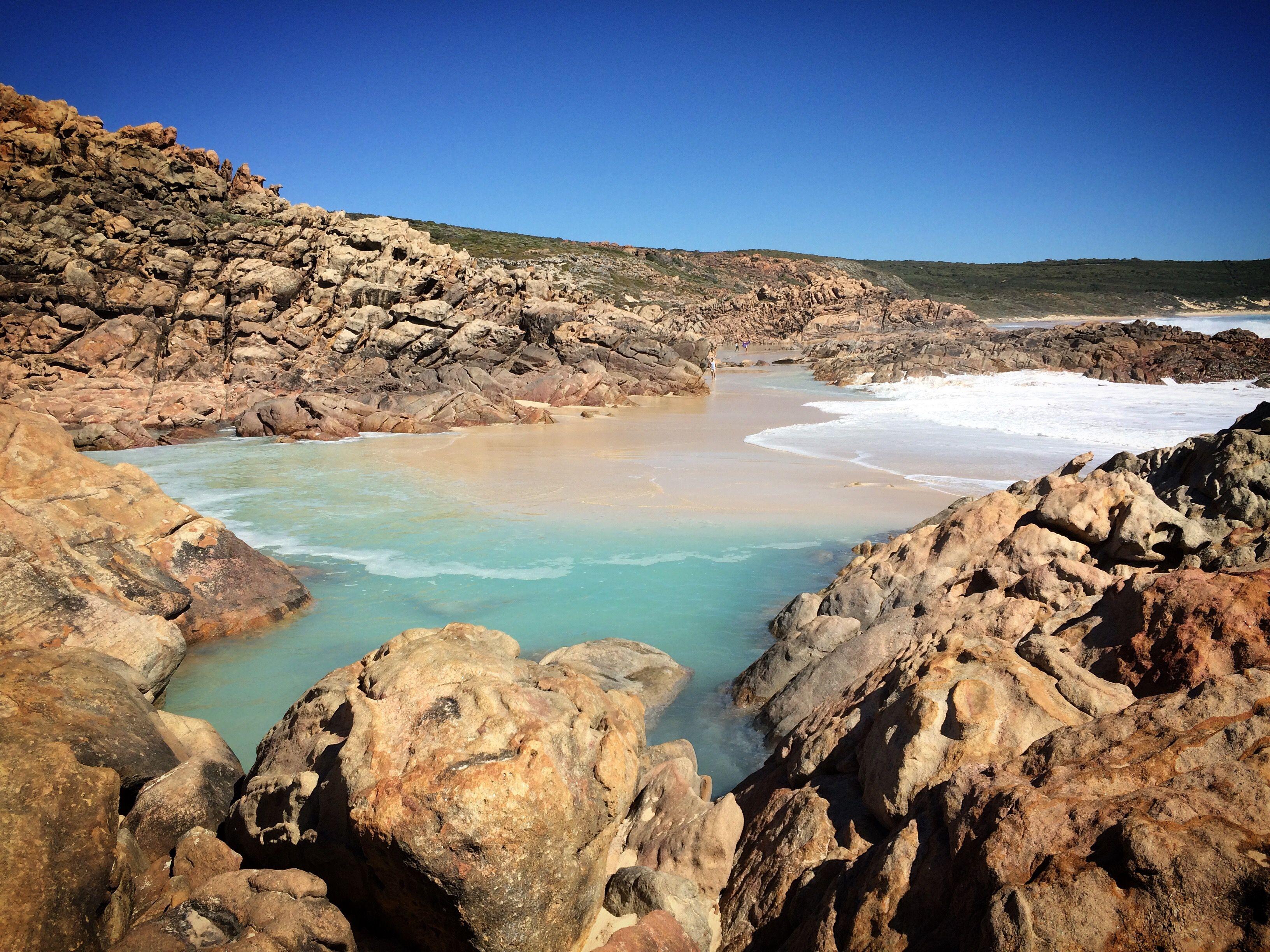 Vista panorámica de Mar y montañas contra el cielo azul claro Margaret River, Australia