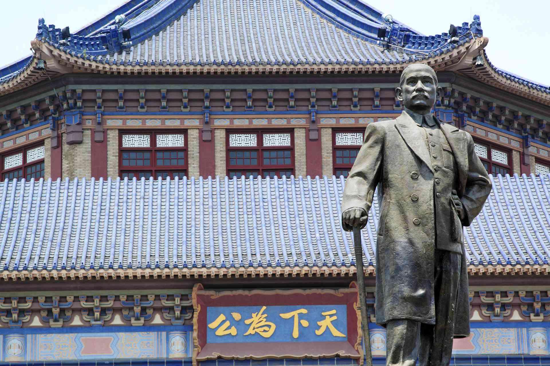 Sun Yat Sen in front of his Memorial Hall