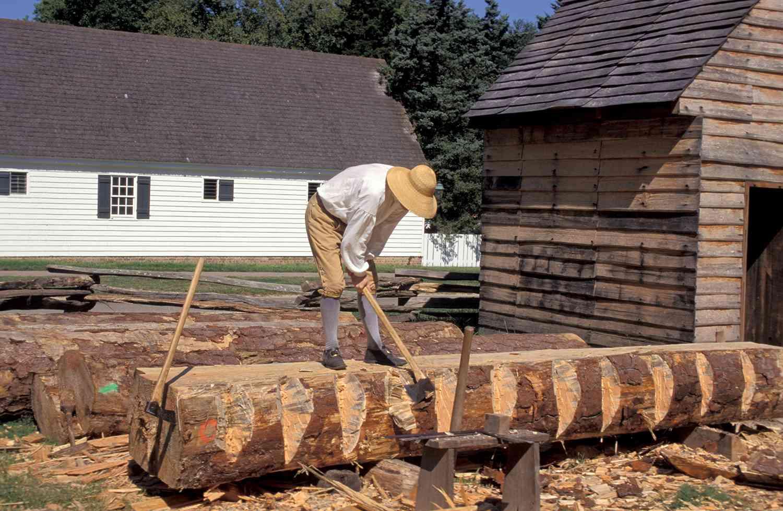 Virginia, Colonial Williamsburg , Carpenter cortando madera con hacha