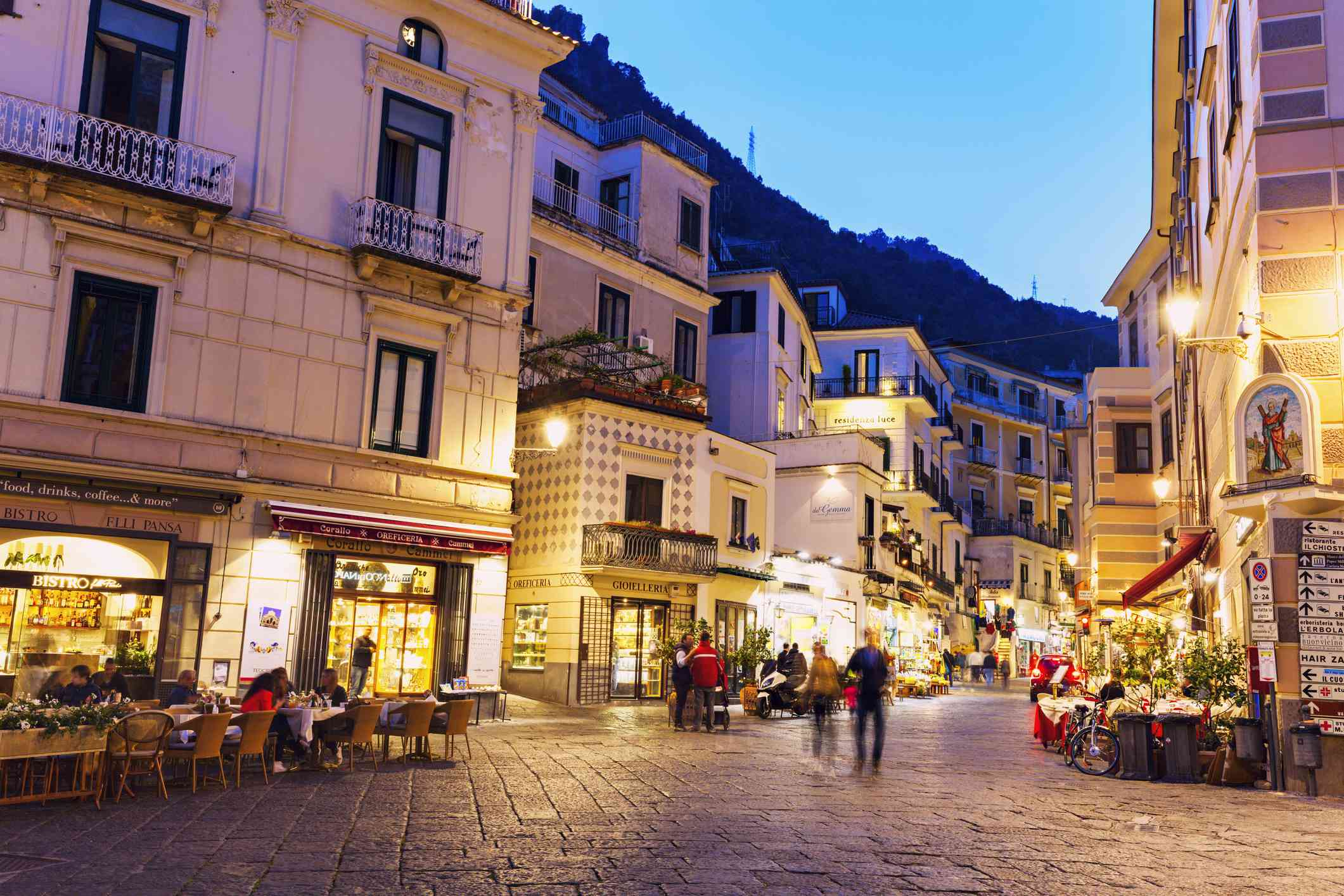 Tiendas y restaurantes en el centro de Amalfi