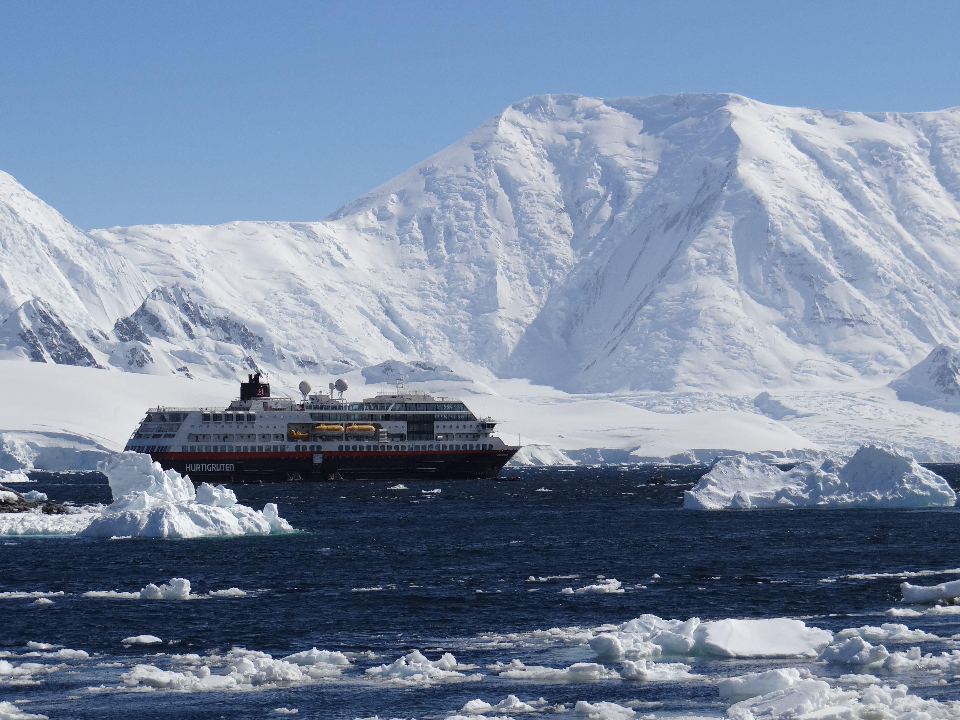 Hurtigruten MS Midnatsol en la Antártida