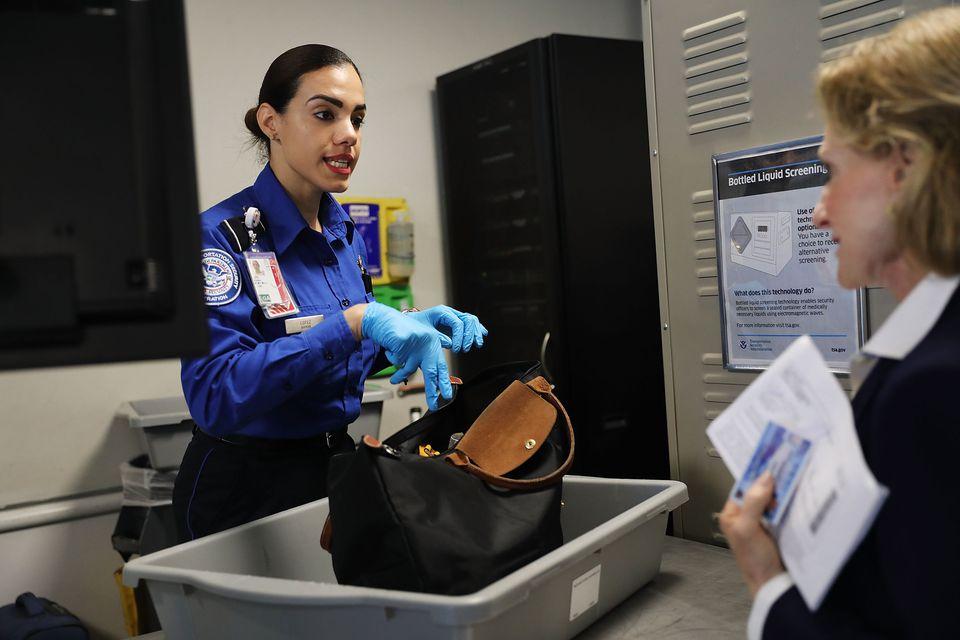 Funcionarios de la TSA y Delta presentan carriles de detección de seguridad automatizados en el aeropuerto de La Guardia