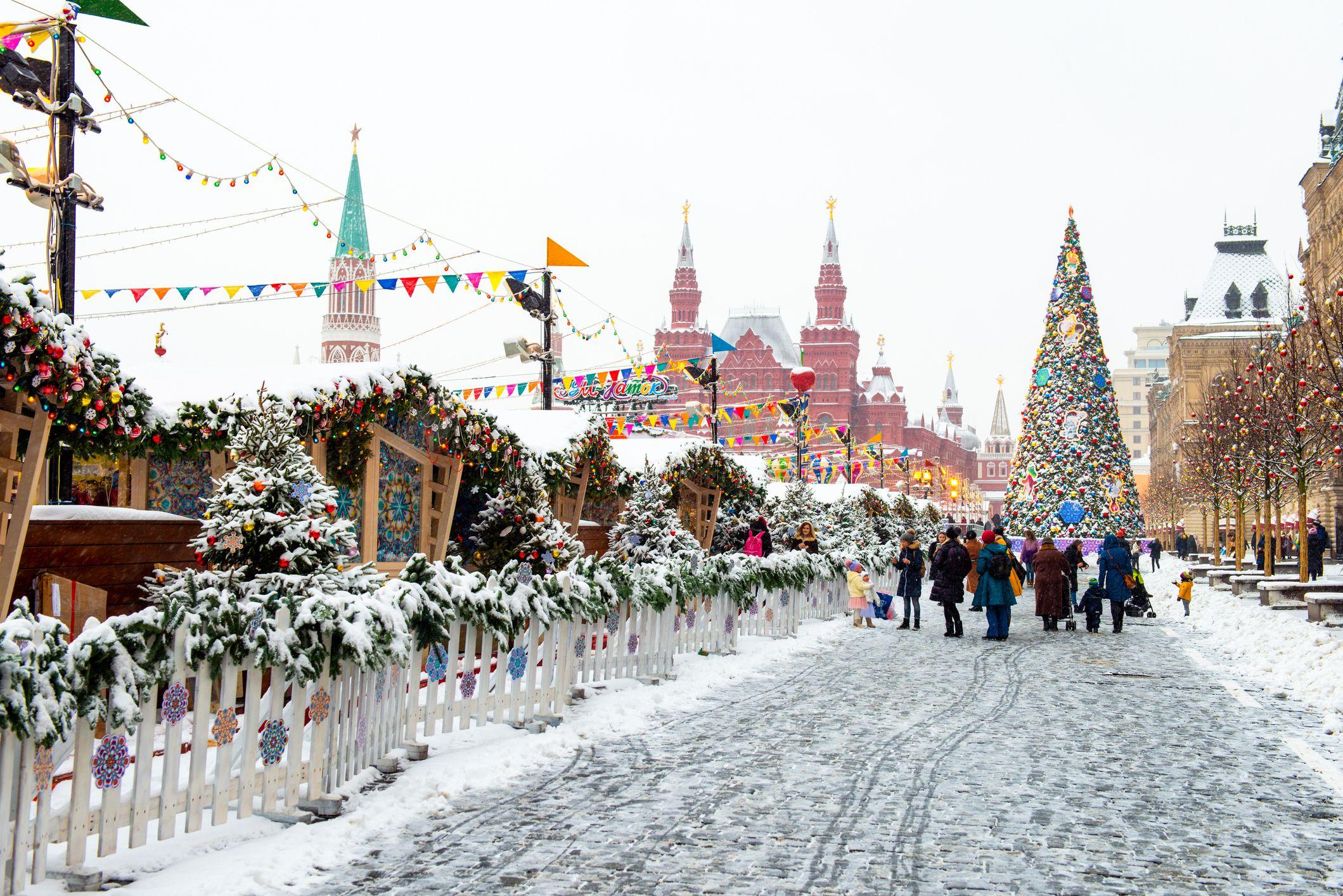 Quảng trường Đỏ Snowy ở Moscow.  Mọi người chuẩn bị cho Giáng sinh và Năm mới.  Mùa đông đi bộ trên đường phố.