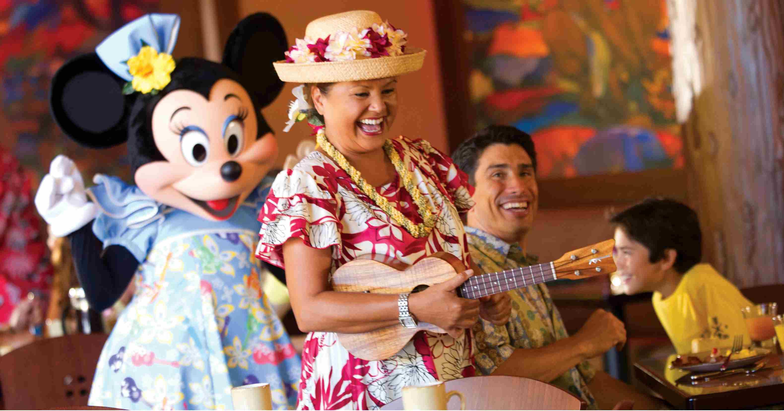 Aunty y Minnie Mouse entretienen a los invitados durante la celebración del desayuno de Aunty en el Makahiki