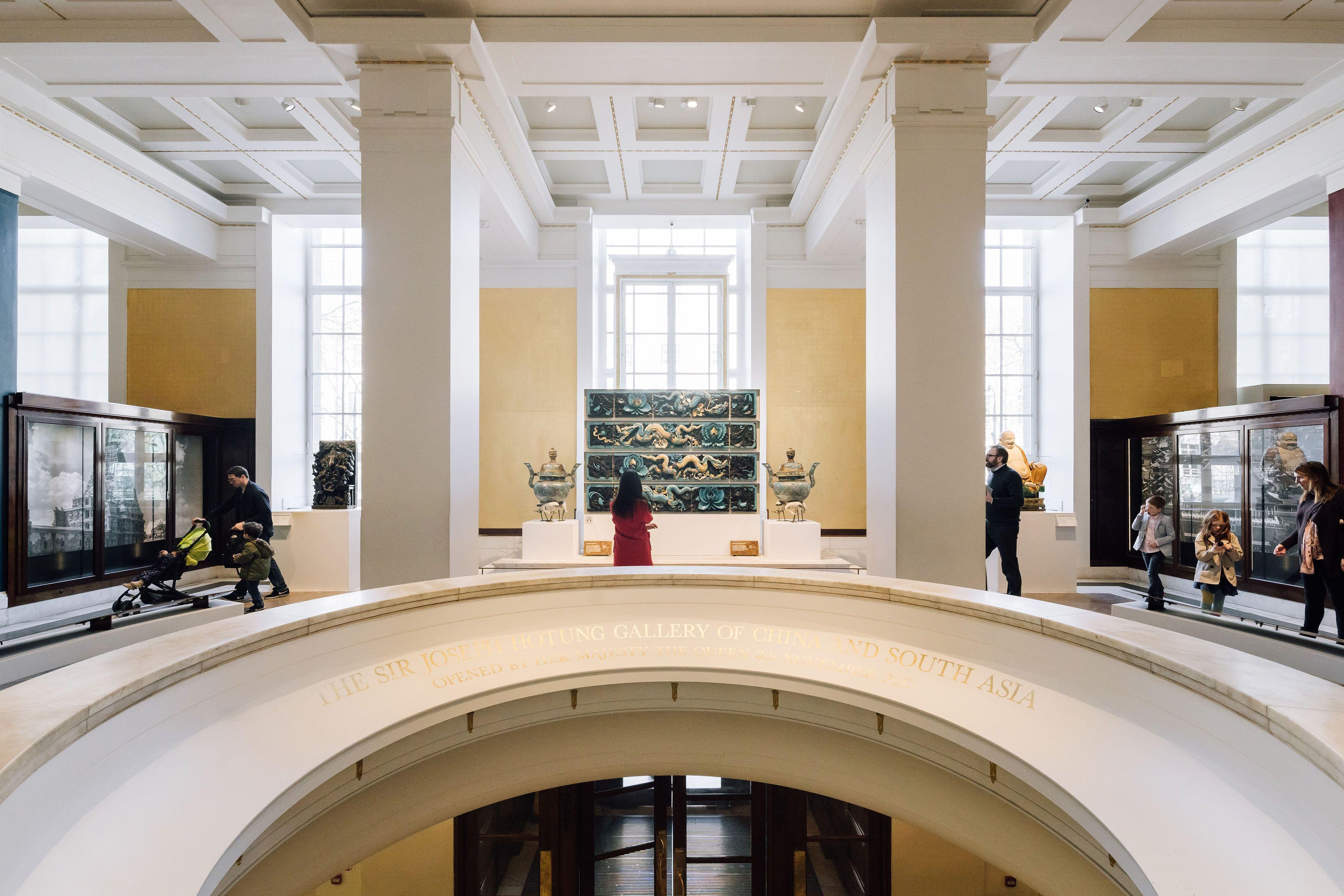 Rotonda en el museo británico con algunos clientes caminando