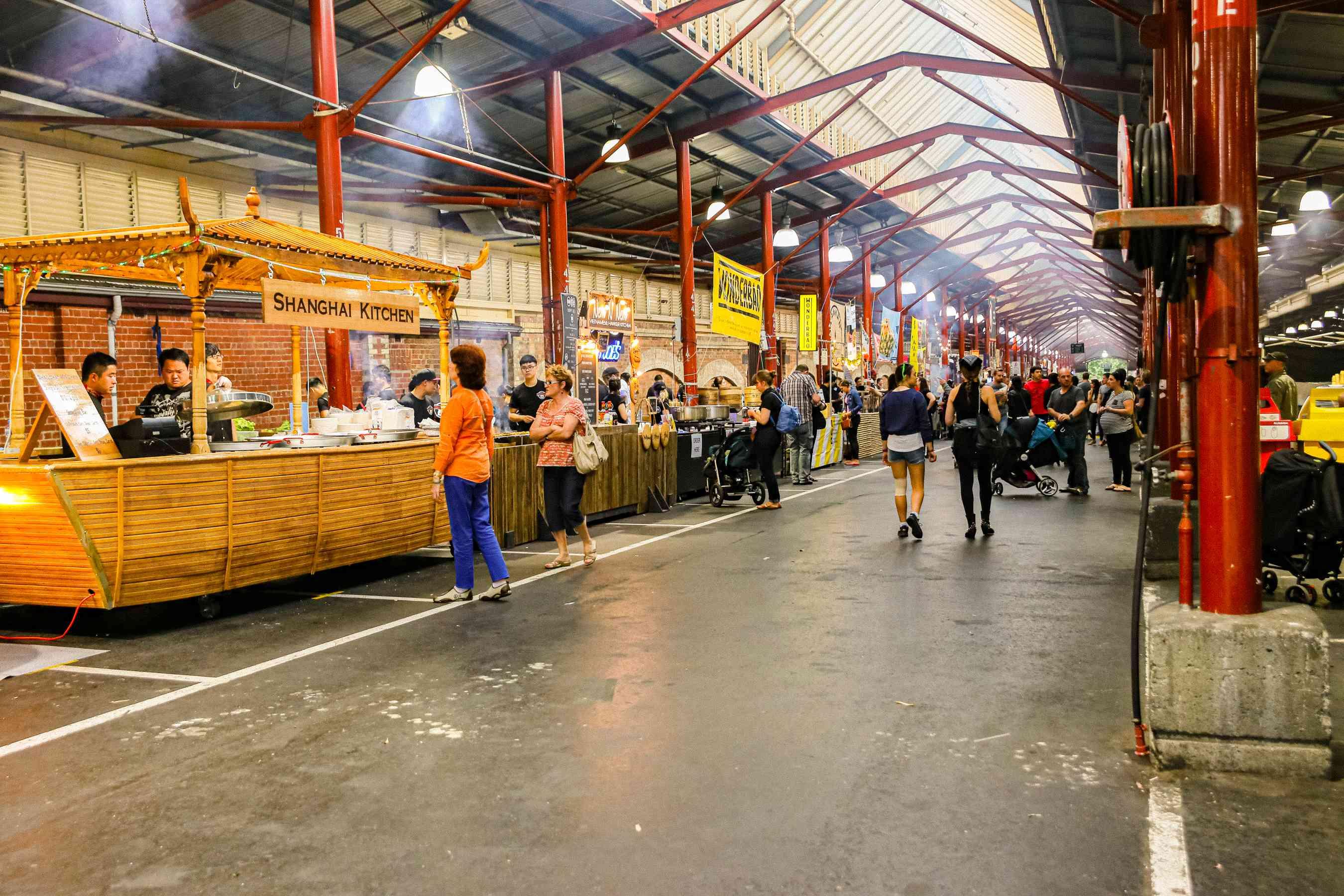 Una larga lista de vendedores en Queen Victoria Market