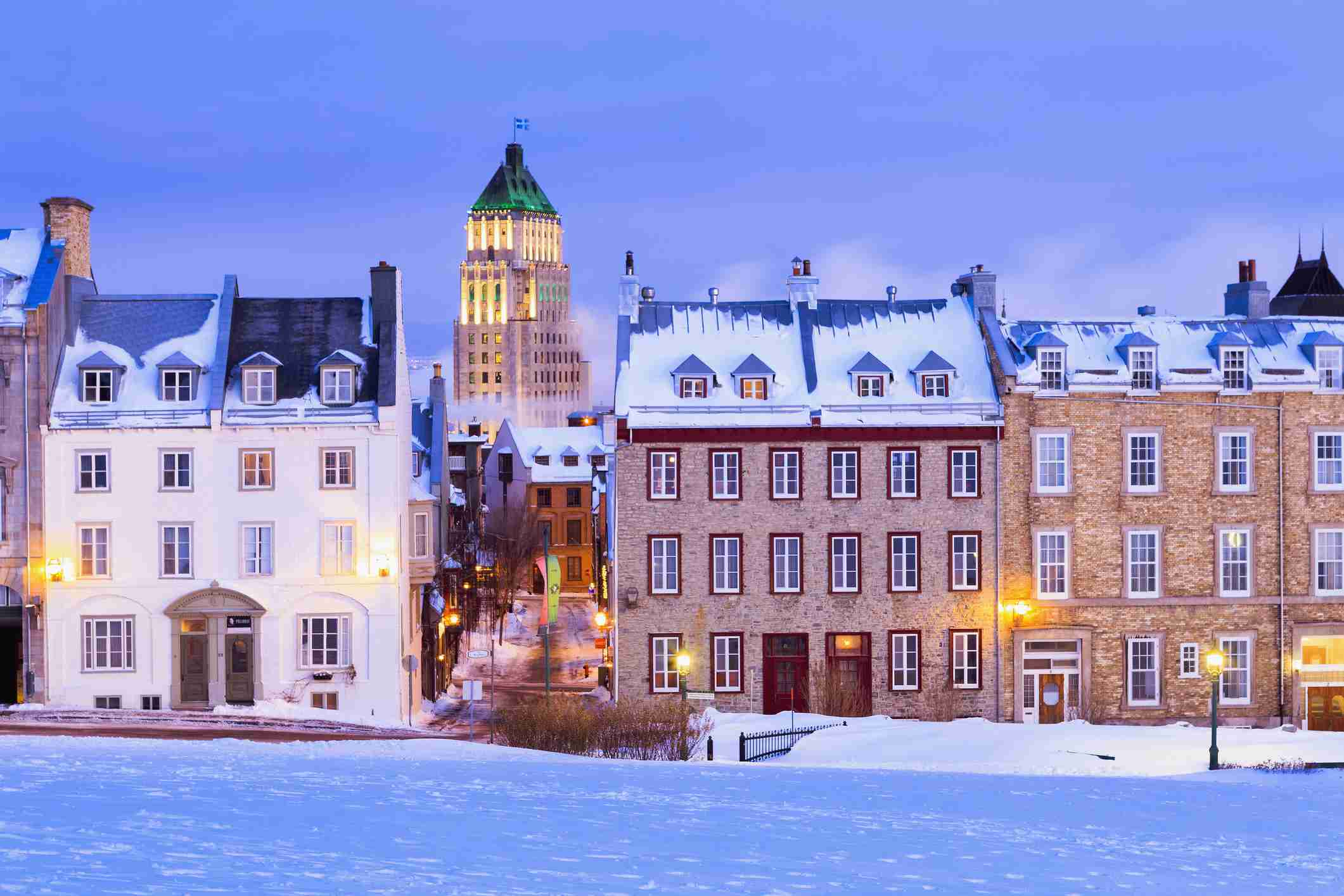 Calle Saint-Denis y construcción de precios al amanecer en invierno