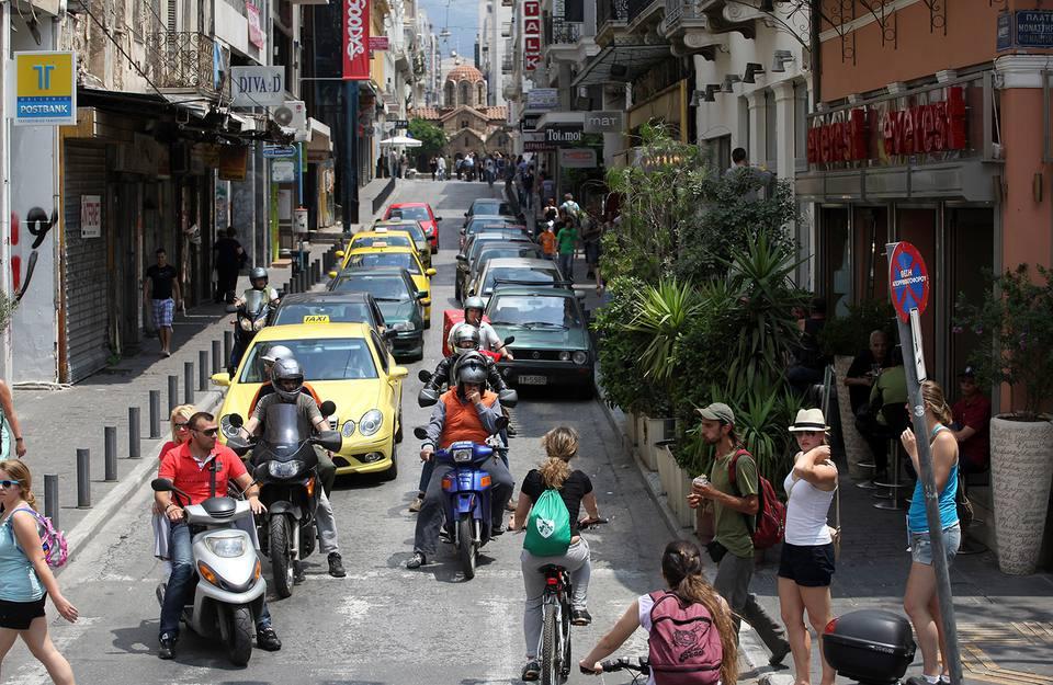 Los griegos continúan sus vidas mientras luchan para hacer frente a los recortes de austeridad después de la crisis financiera.