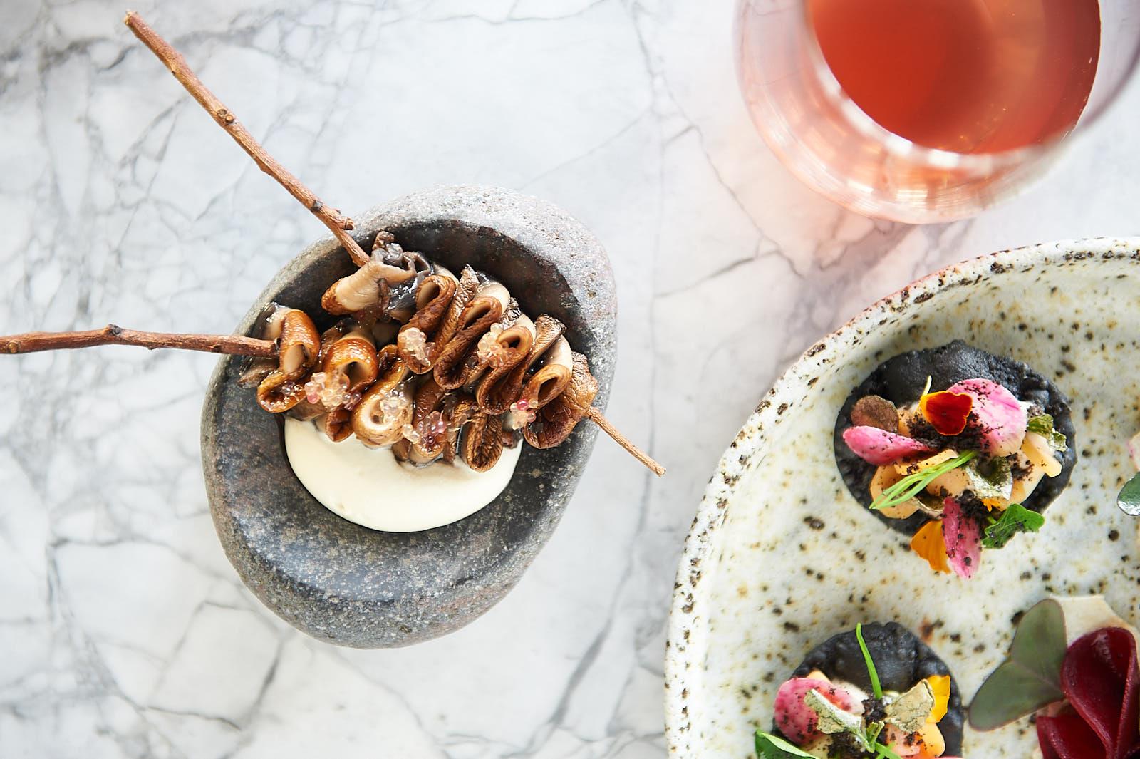 Platos pequeños con ingredientes nativos en el restaurante Paperbark