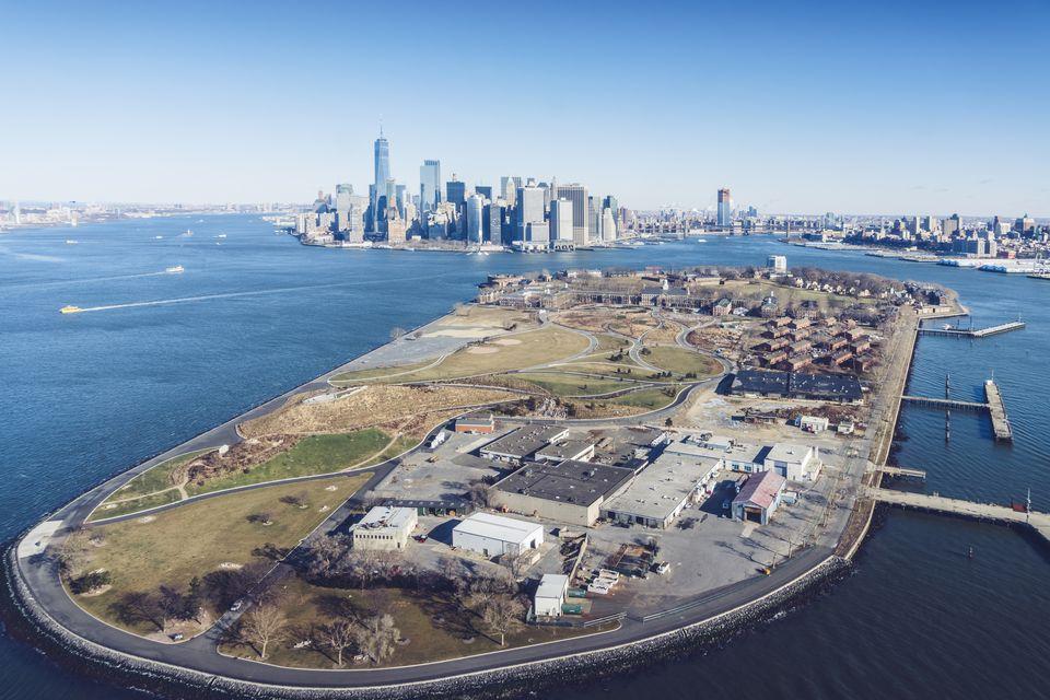 Vista aérea del horizonte de Manhattan y Governors Island