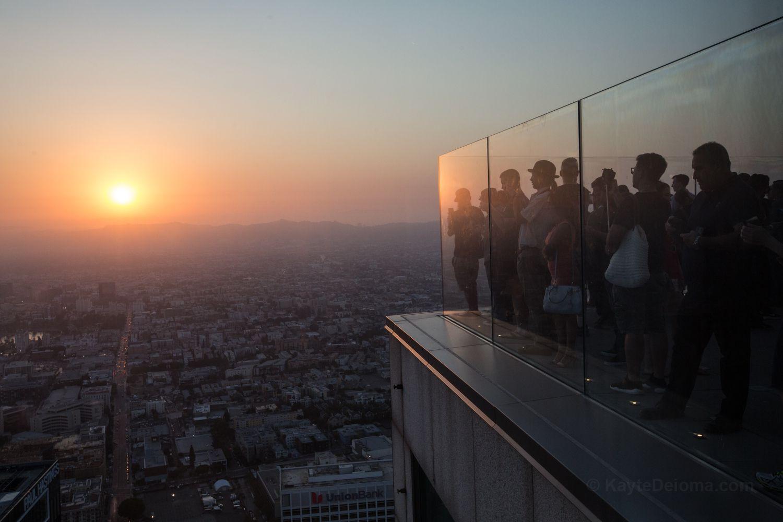 Puesta de sol desde la plataforma de observación en Skyspace LA en la Torre del Banco de los Estados Unidos