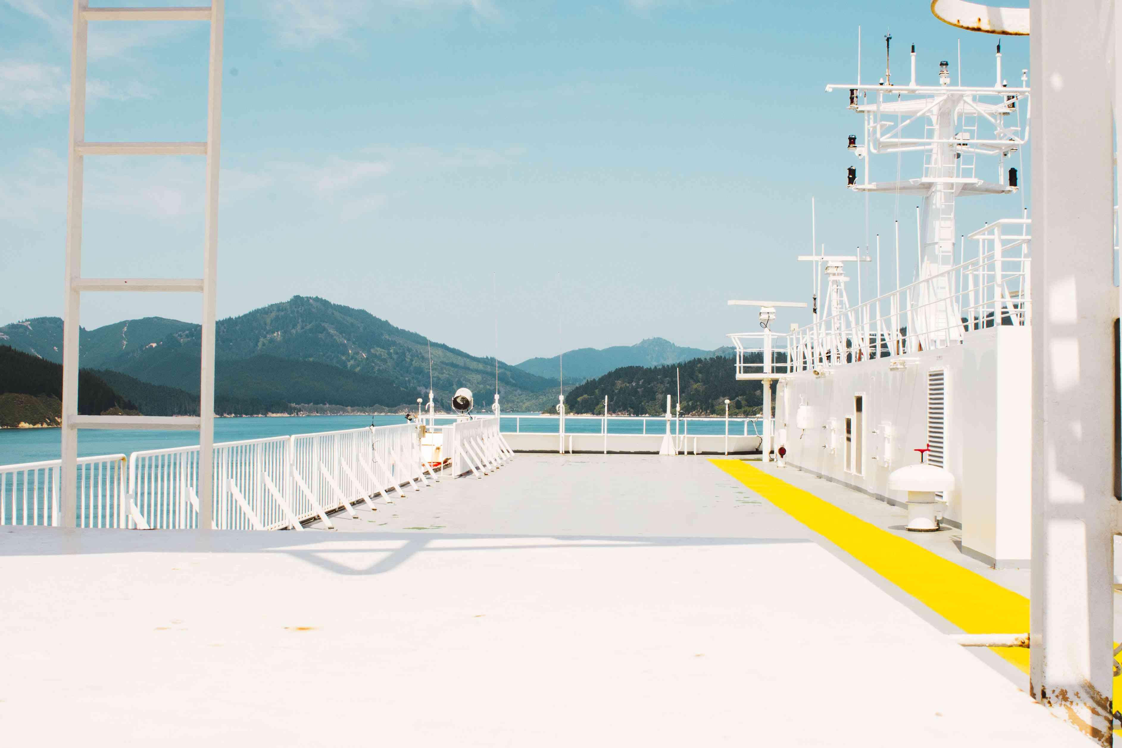 El ferry blanco que contrasta con las verdes colinas.