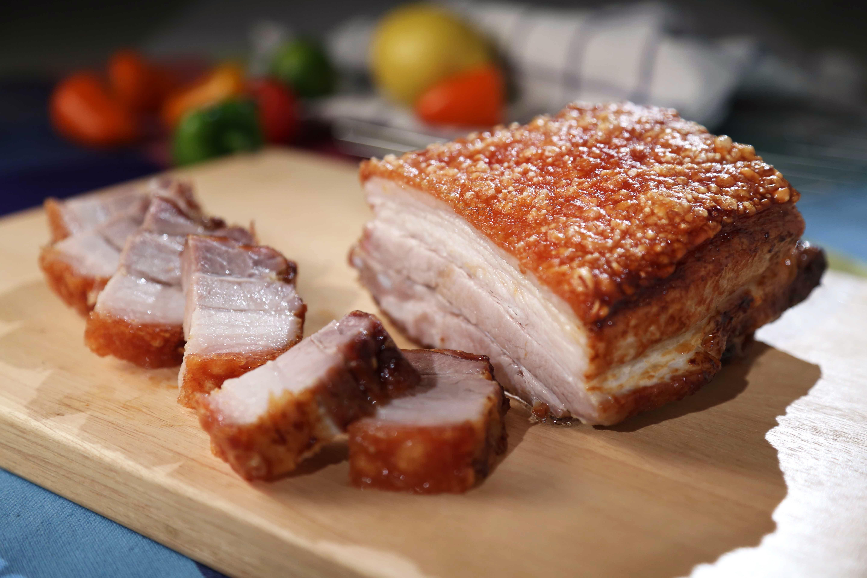 Cerdo asado en tabla de cortar