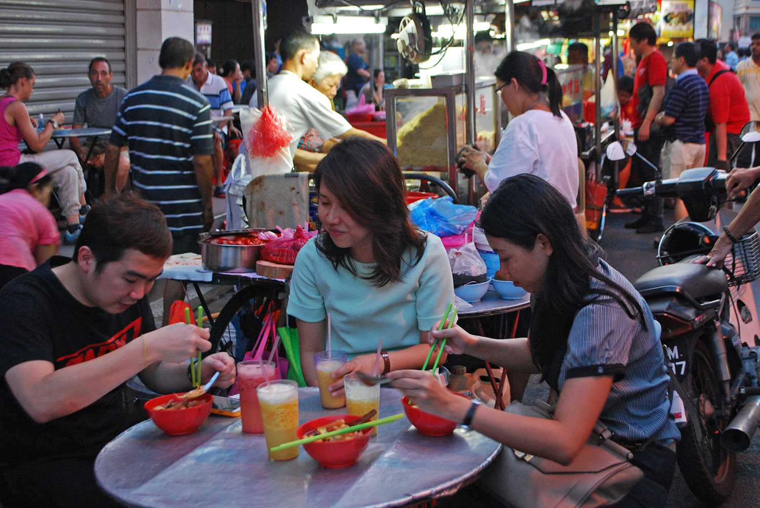 Diners chowing down on Lebuh Chulia