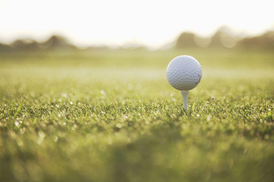 pelota de golf en un tee