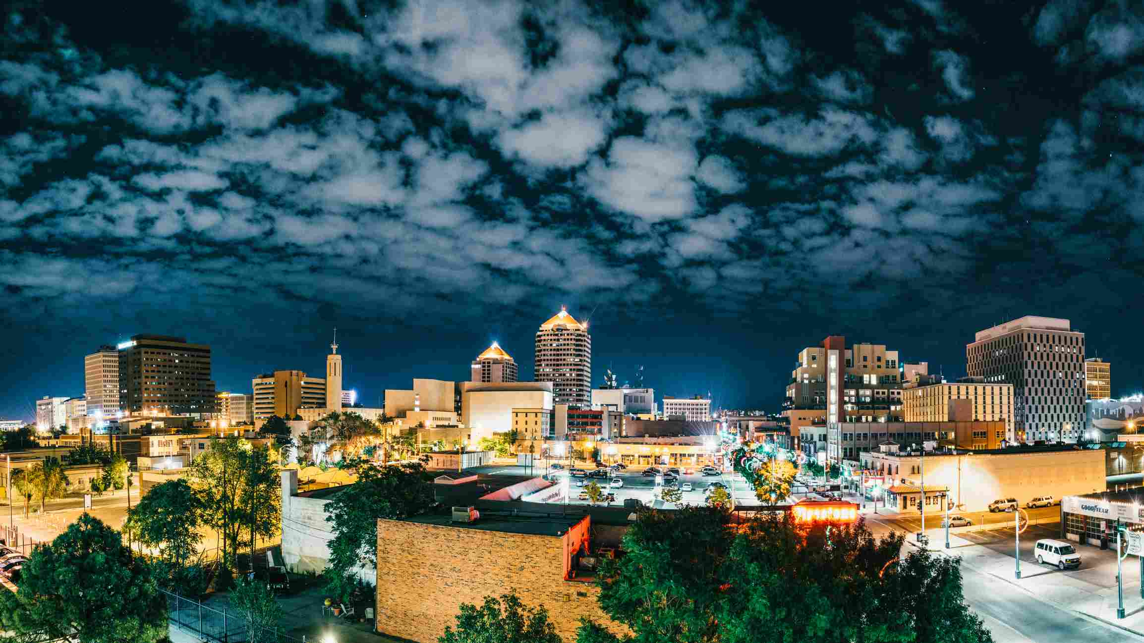 Panorama del horizonte de Albuquerque en la noche