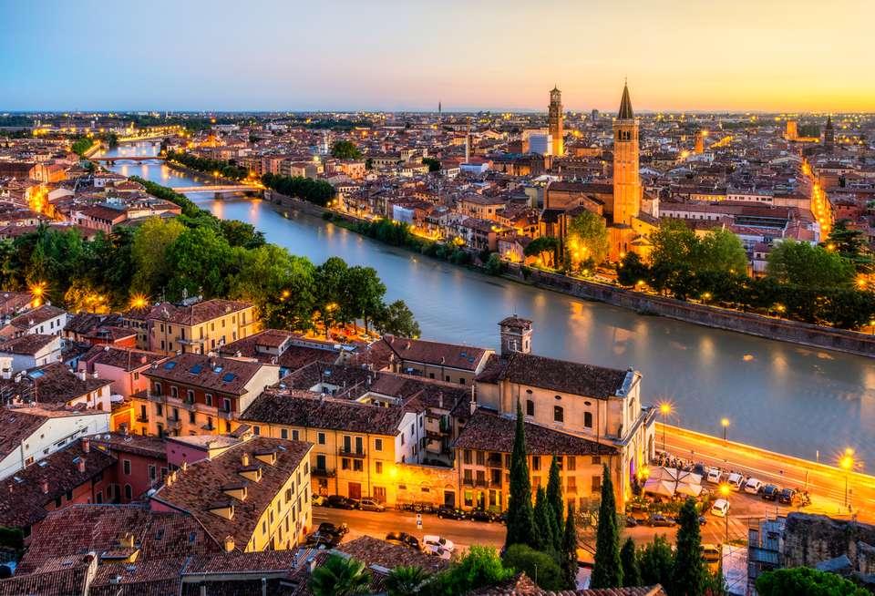 Vista aérea del atardecer de Verona. Italia