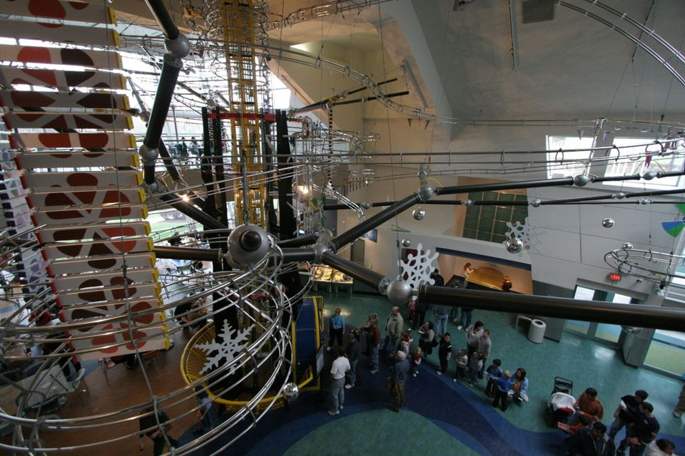 Vista elevada de la máquina de bolas Energizer en el Centro de Ciencias de St. Louis