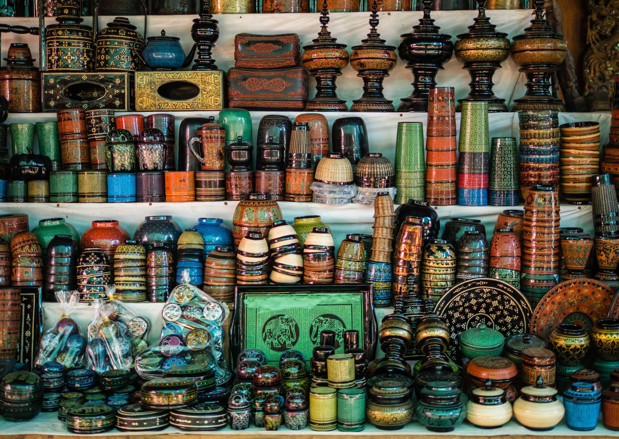 Lacquerware souvenir selling at Mani Sithu Market